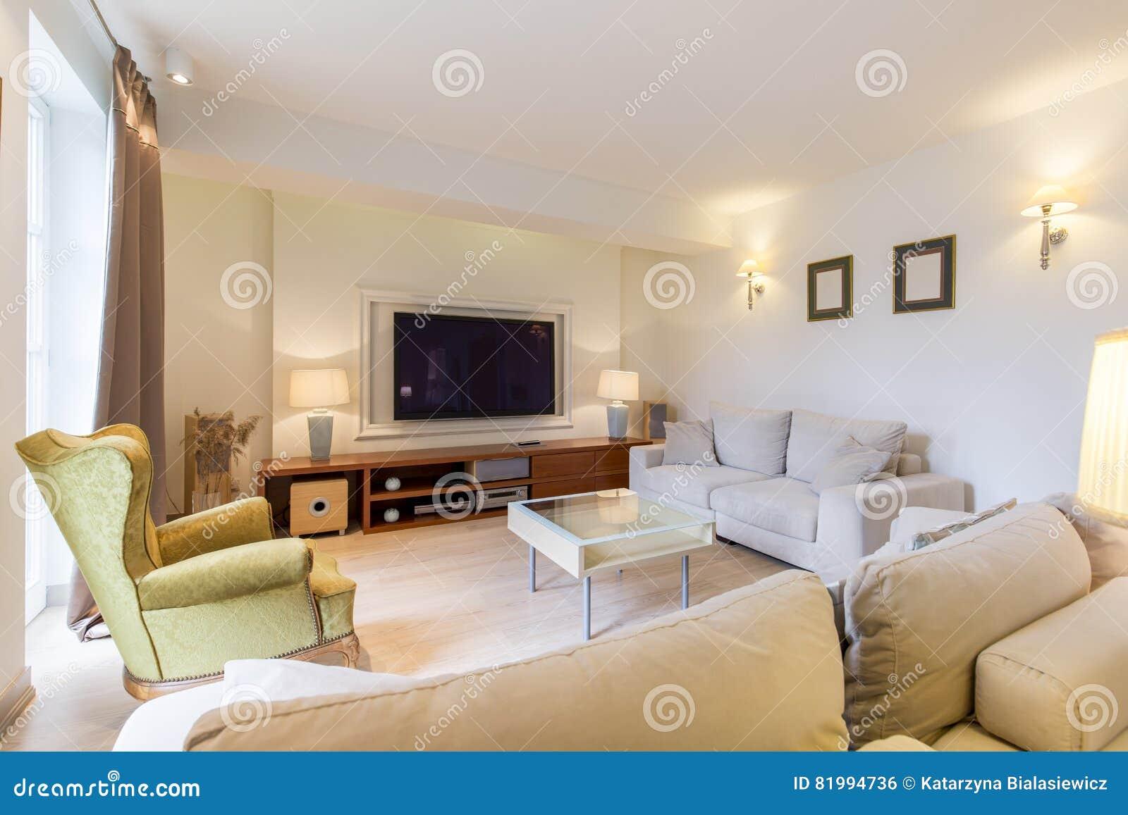 gem tliches wohnzimmer mit fernsehen stockfoto bild von raum m bel 81994736. Black Bedroom Furniture Sets. Home Design Ideas