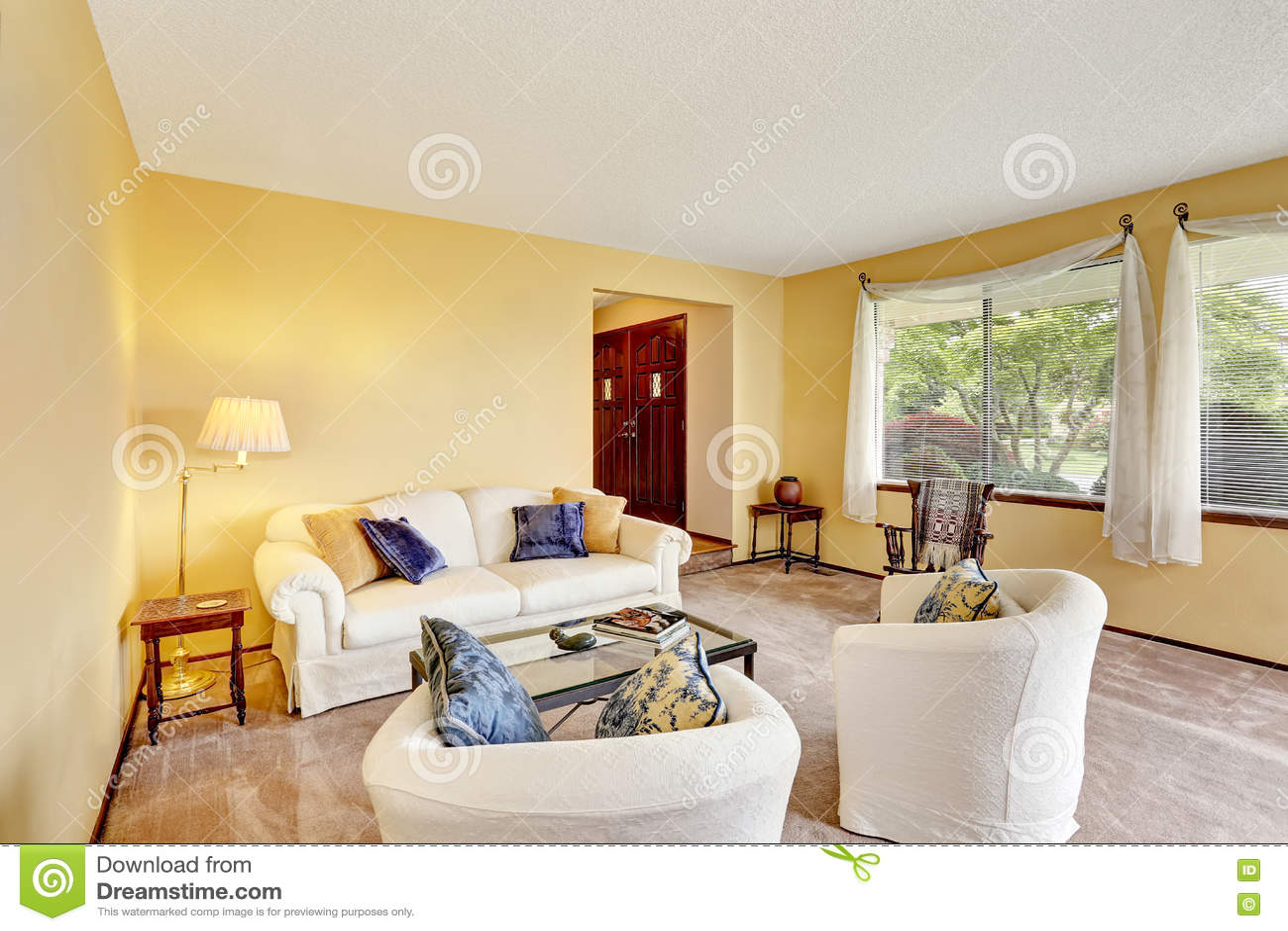 Gemutliches Wohnzimmer Mit Hellgelben Wanden Und Weissen Mobeln Stockbild Bild Von Wohnzimmer Gemutliches 76038695