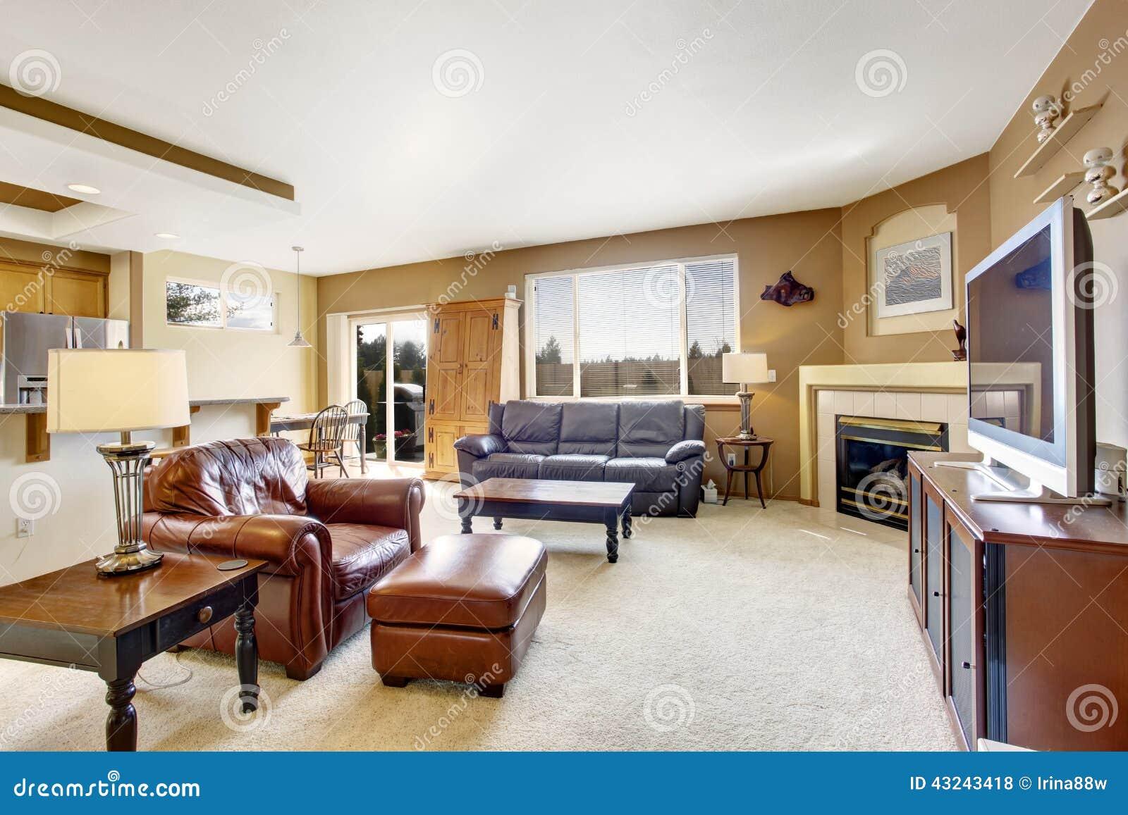 Wohnzimmer gemütlich kamin modern  Gemütliches Wohnzimmer Mit Kamin Und Ledercouch Stockfoto - Bild von ...