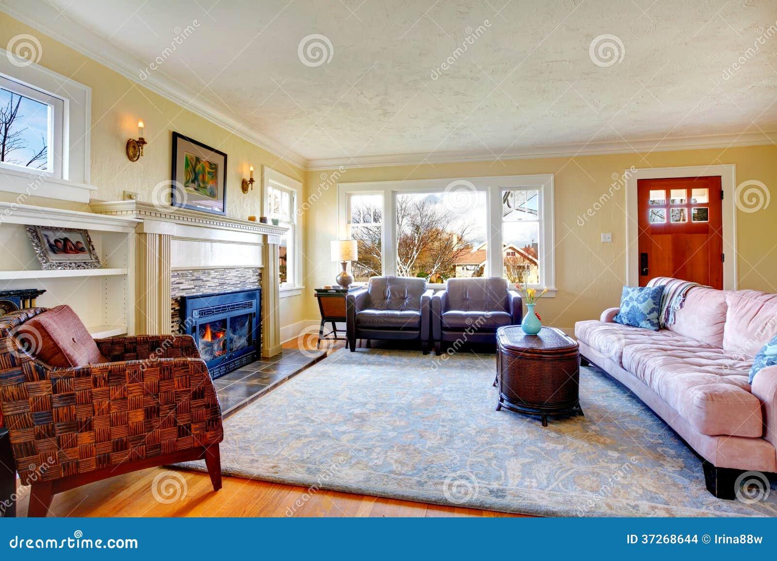 Wohnzimmer gemütlich kamin  Gemütliches Wohnzimmer Mit Kamin Und Verzierter Wand Mit Kerzen ...