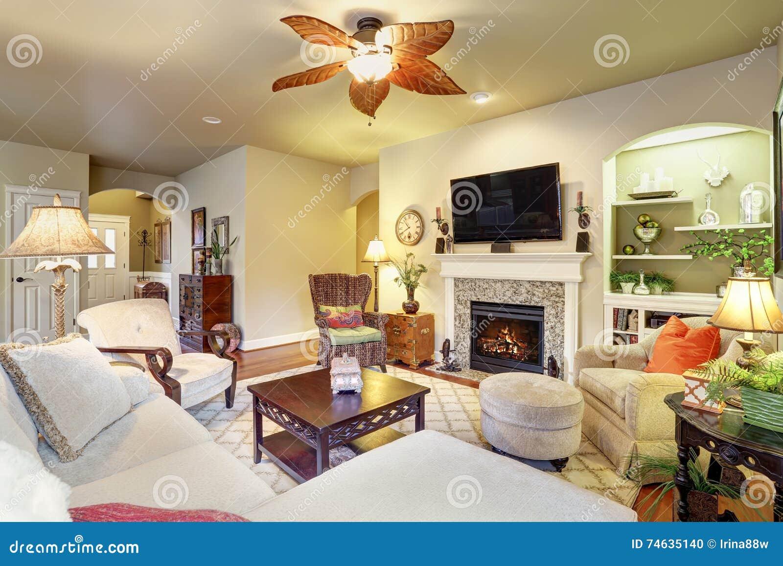 Gemütliches Wohnzimmer Mit Kamin Und Wolldecke Stockfoto - Bild von ...
