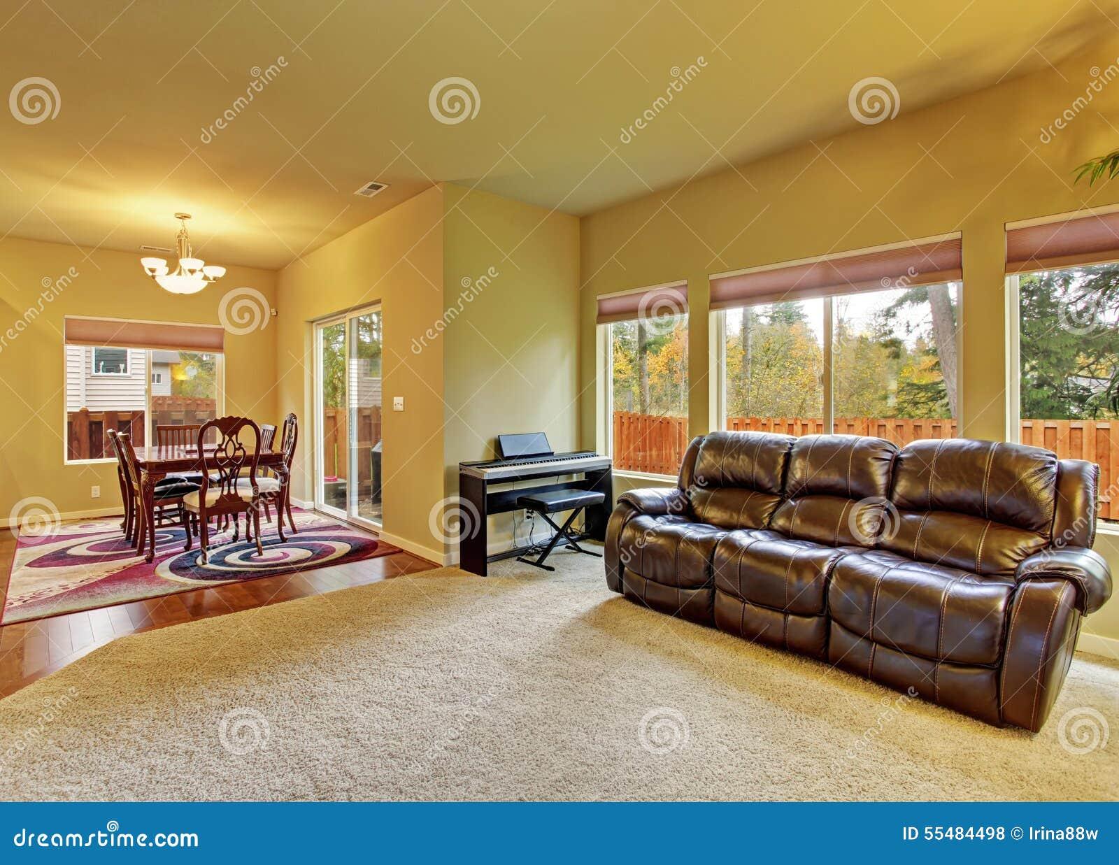 Gemütliches Wohnzimmer Mit Teppich Und Kamin Stockfoto - Bild von ...