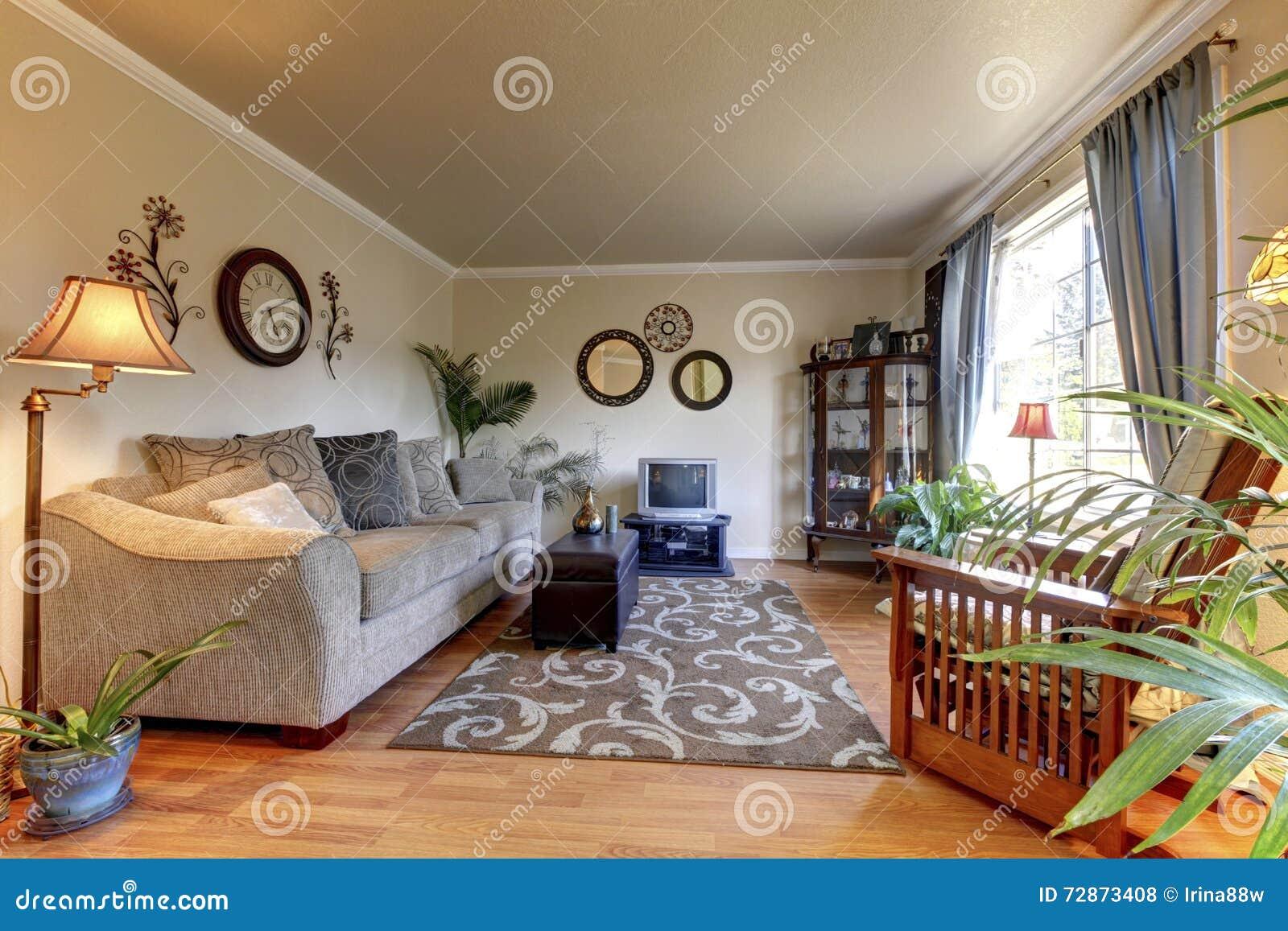 Gemütliches Wohnzimmerdesign Mit Nettem Dekor, Großem Beige Sofa Und  Kleinem Fernsehen