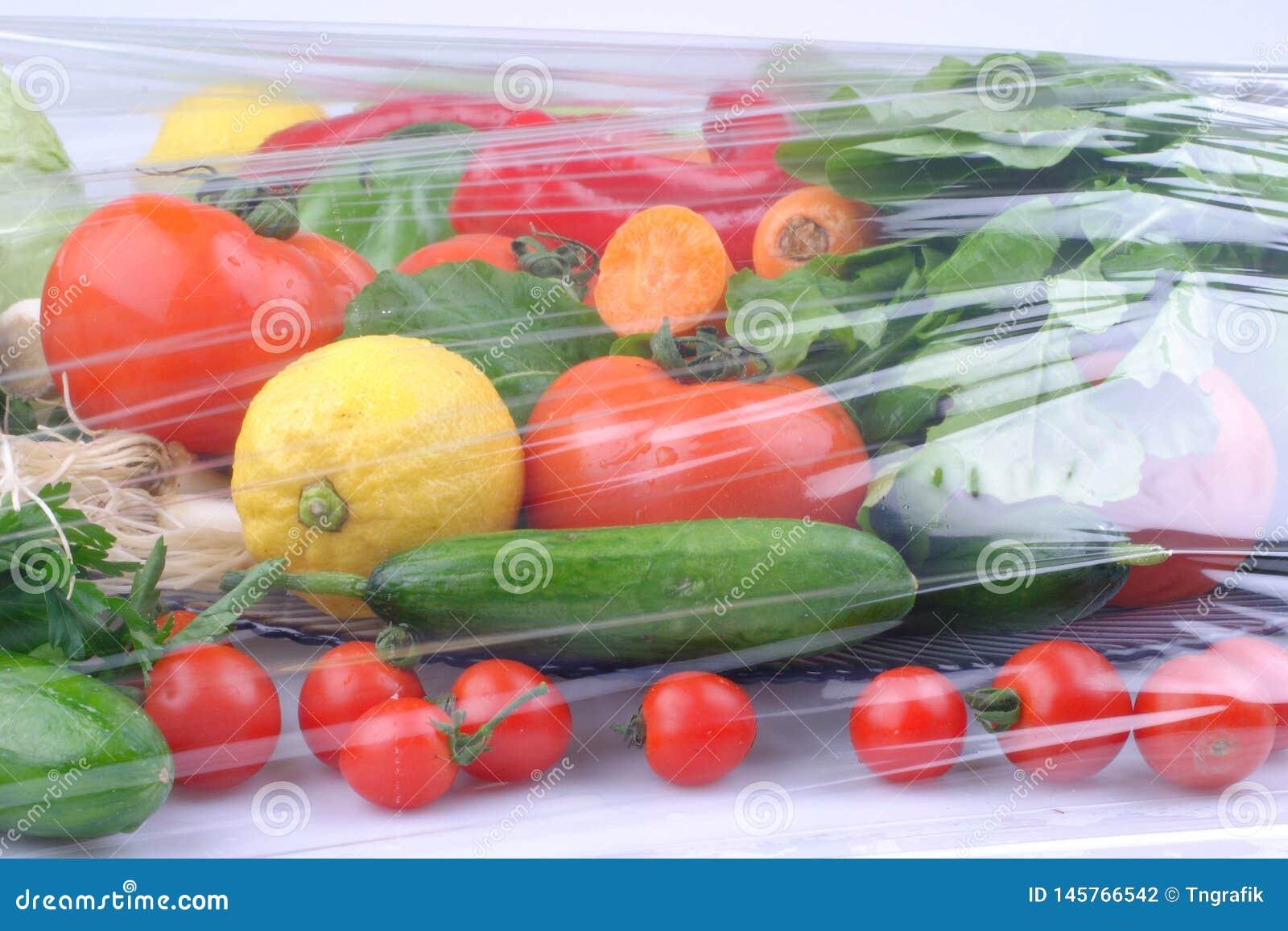 Gem?se auf dem schwarzen Hintergrund Organische Nahrungsmittel und Frischgem?se Gurke, Kohl, Pfeffer, Salat, Karotte, Brokkoli, l