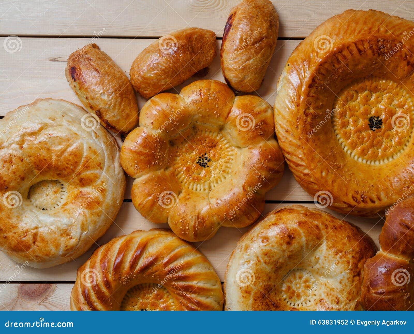 Gemaakt enkel traditioneel Oezbekistaans brood op donkere achtergrond
