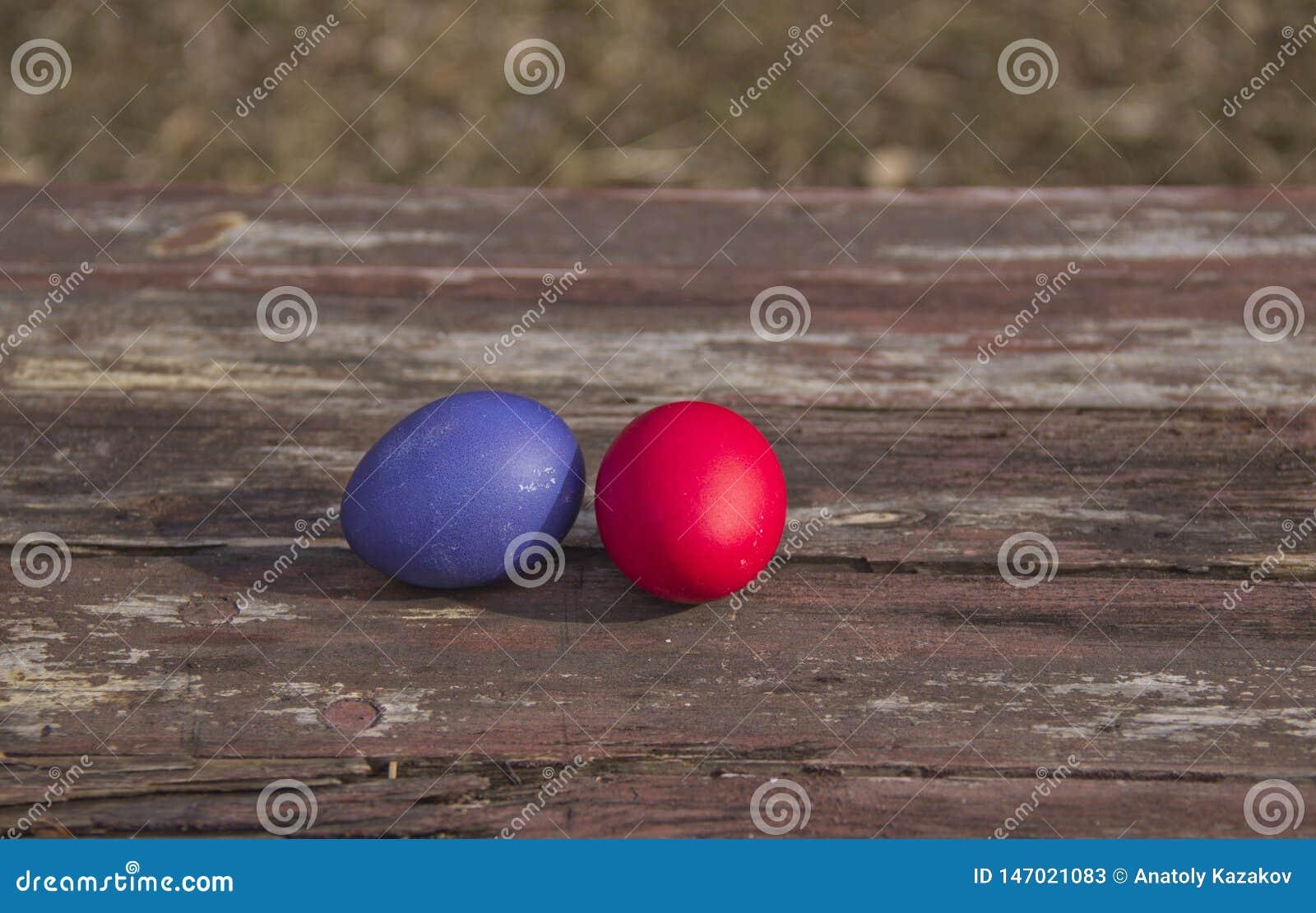 Gemalte Eier auf einem Holztisch