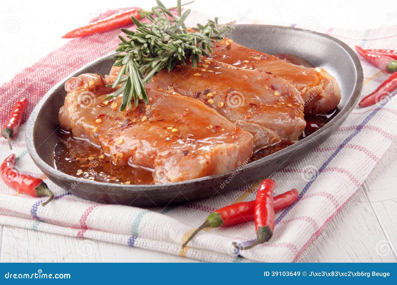 Gemarineerde varkenskoteletten in een pan
