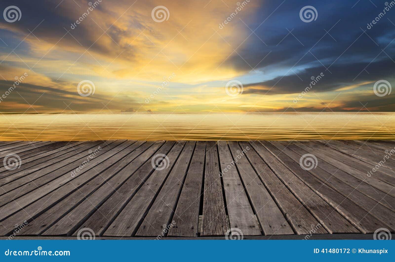 Gemasert von der hölzernen Terrasse und vom schönen düsteren Himmel mit Freiexemplarraumgebrauch für Hintergrund, vom Hintergrund