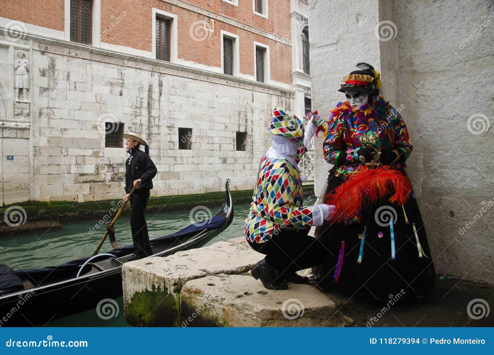 Gemaskeerd paar in Carnaval van Venetië
