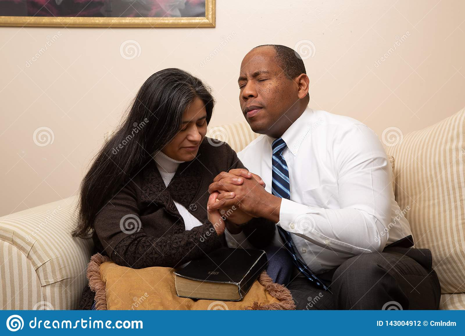 Gemengd Gerend Christian Couple Praying Together