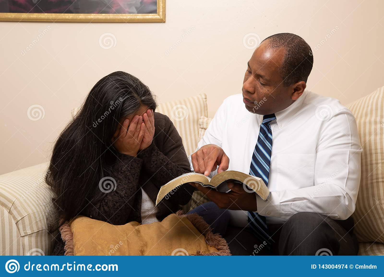 Gemengd Gerend Christian Couple Studying Bible Together