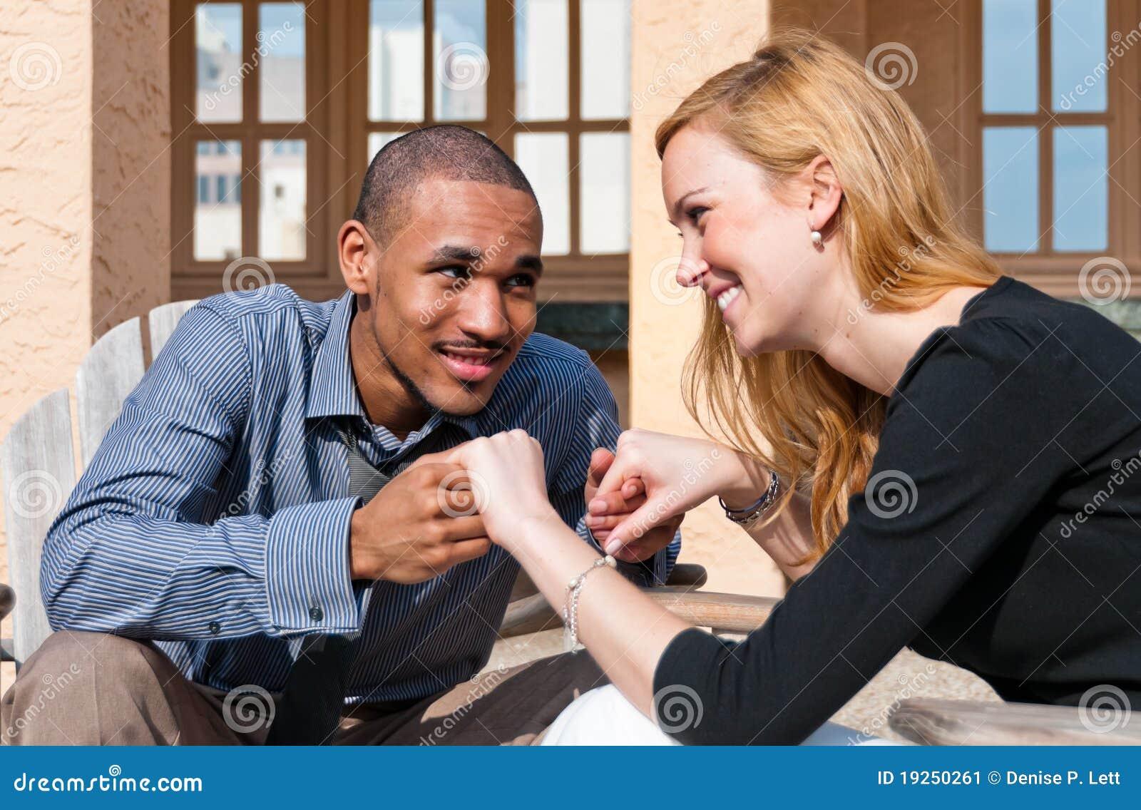 Gemengd Paar dat van het Ogenblik geniet