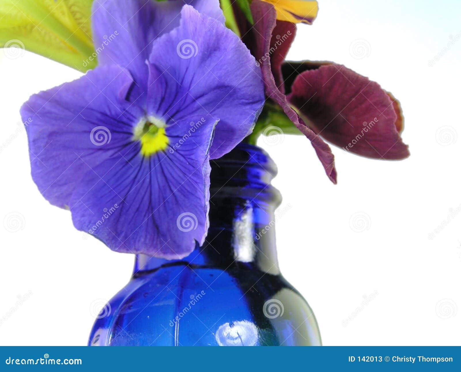 Gemengde bloemen in blauwe vaas