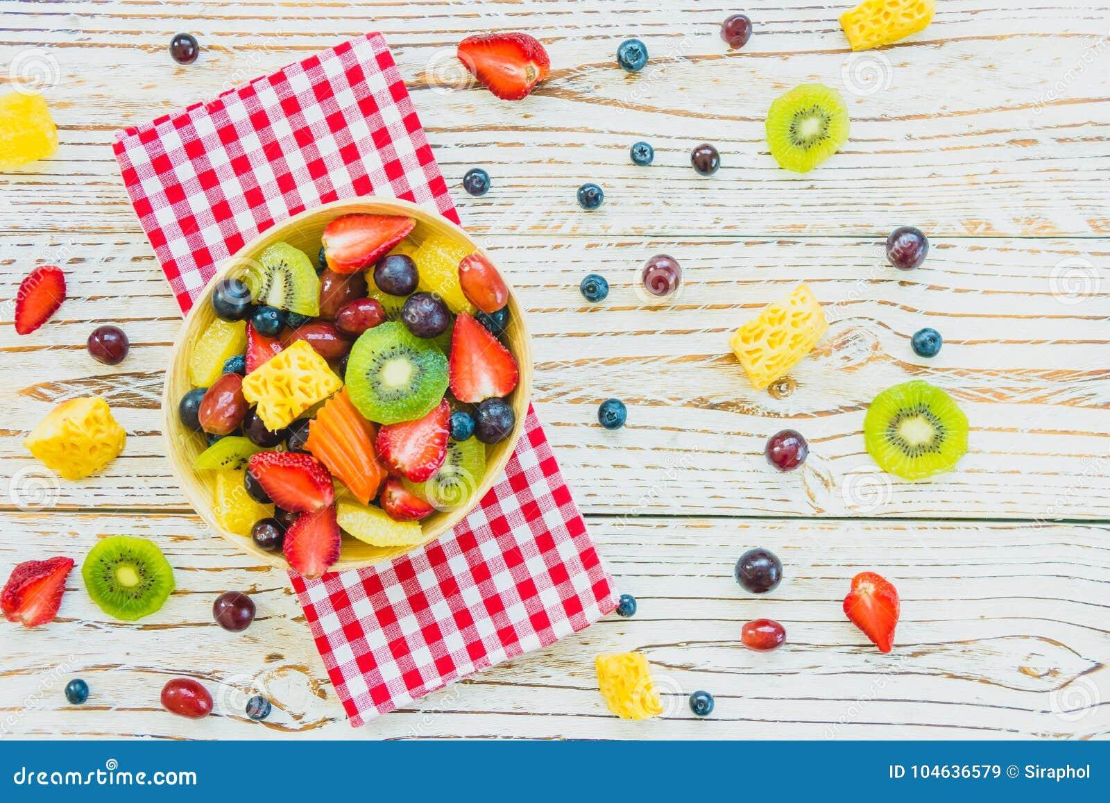 Download Gemengde En Geassorteerde Vruchten Stock Afbeelding - Afbeelding bestaande uit houten, achtergrond: 104636579