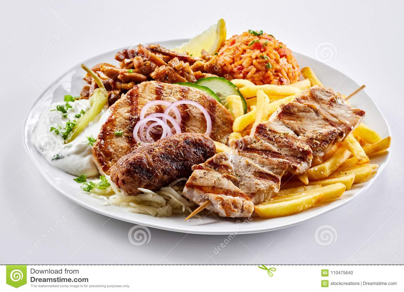 Gemengde grill Griekse plaat met souvlaki en vleespennen