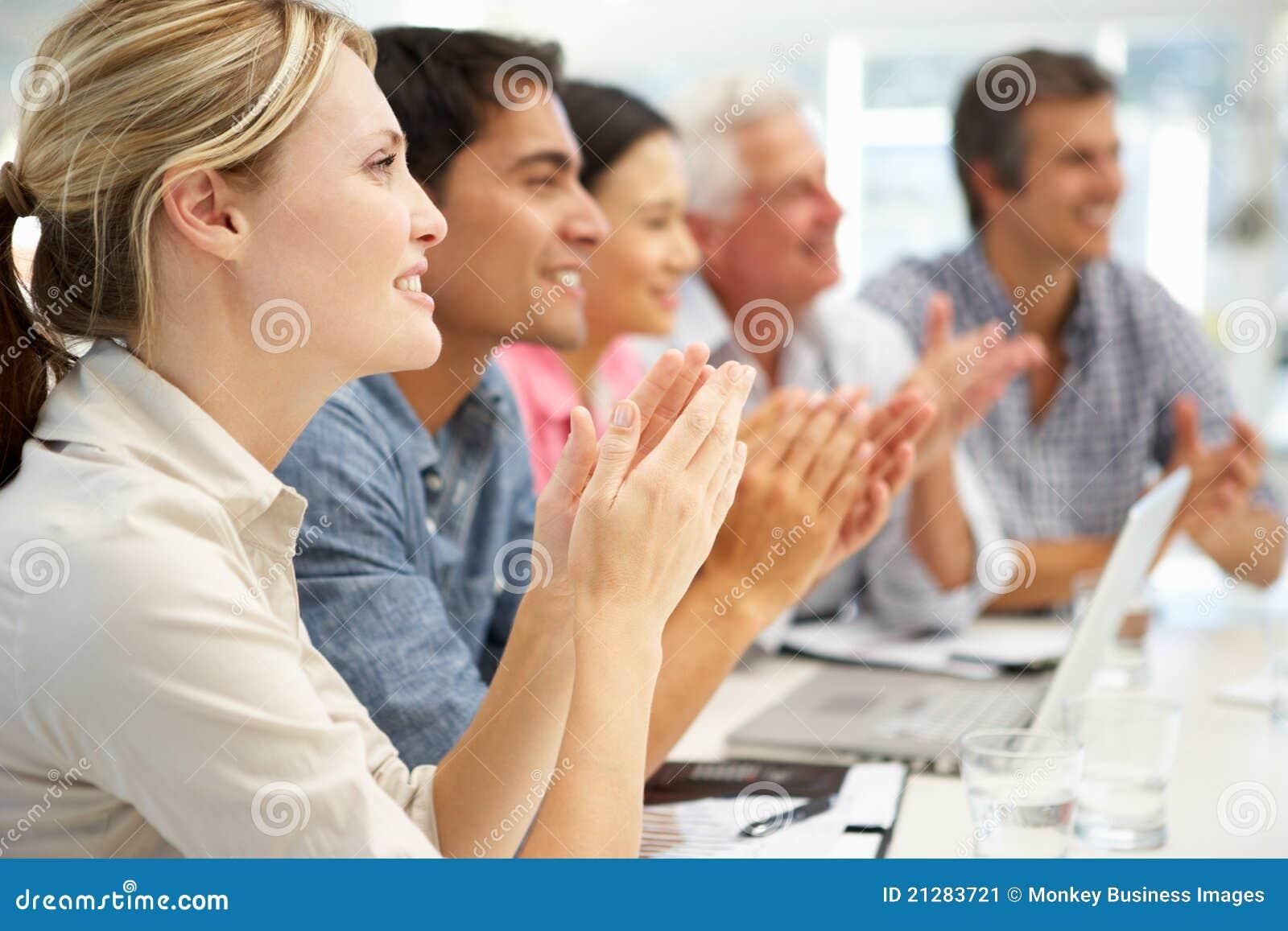 Gemengde groep die in commerciële vergadering slaat