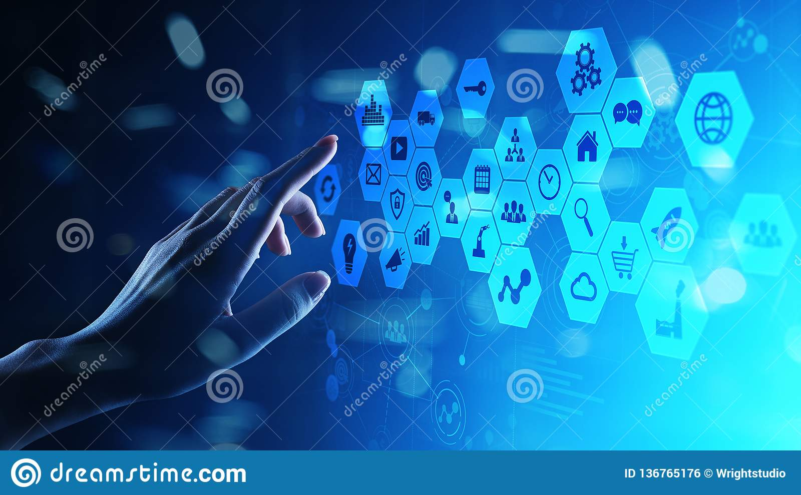 Gemengde media, Bedrijfsinformatiepictogrammen op het virtuele scherm, analyse en grote gegevens - verwerkingsdashboard