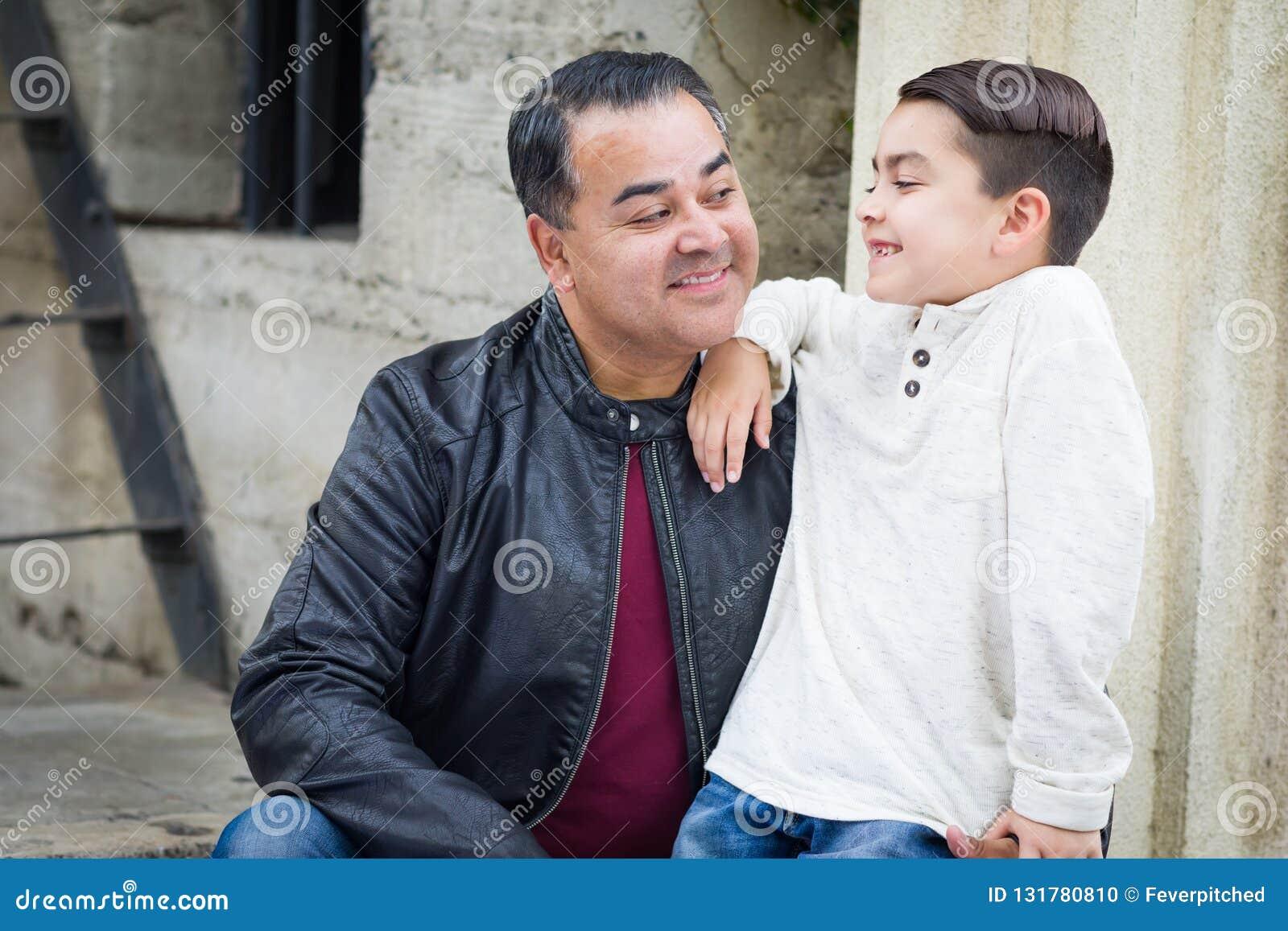 Gemengde Ras Spaanse Kaukasische Zoon en Vader Having een Chatp