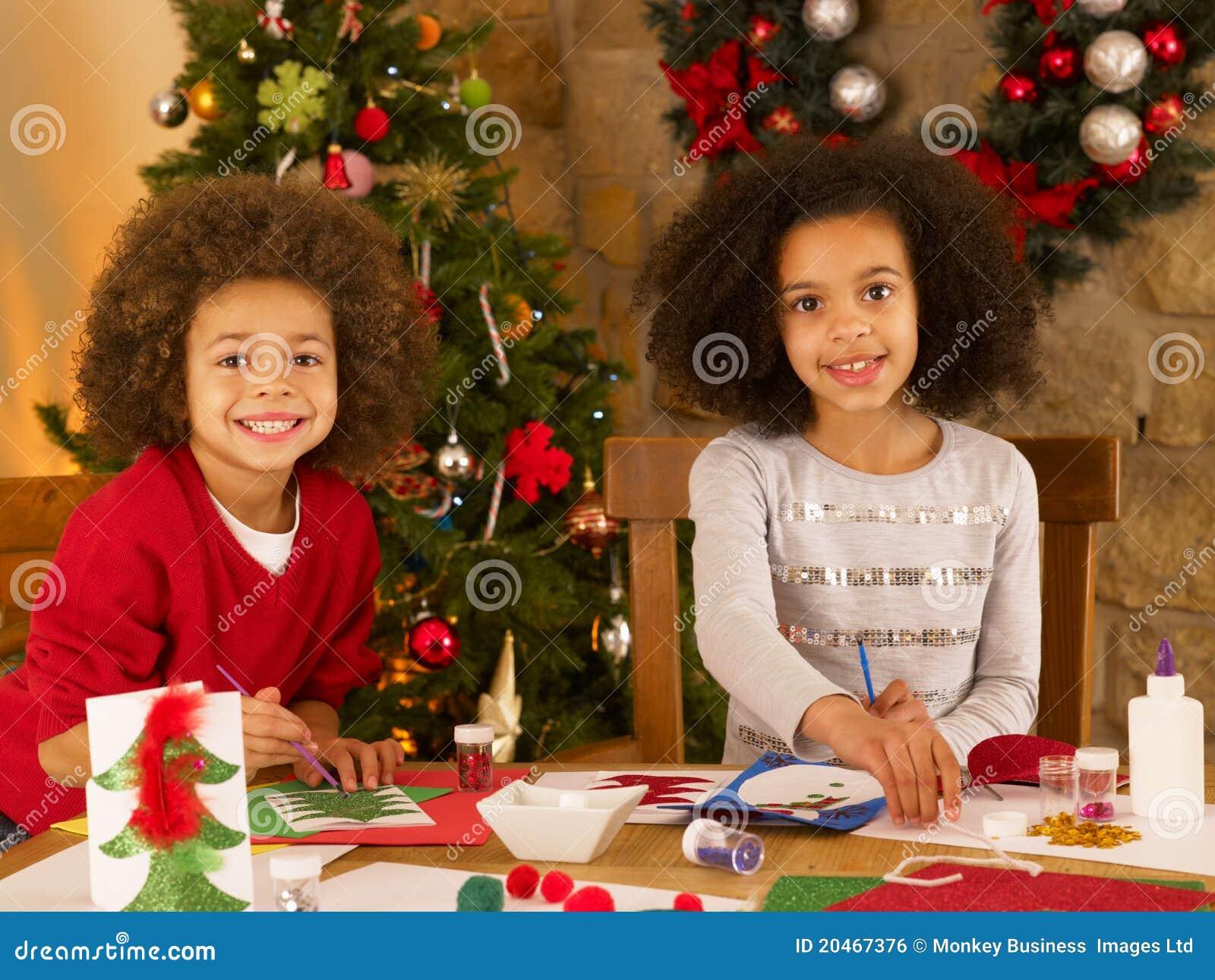 Gemengde Raskinderen Die Kerstkaarten Maken Stock Foto Afbeelding