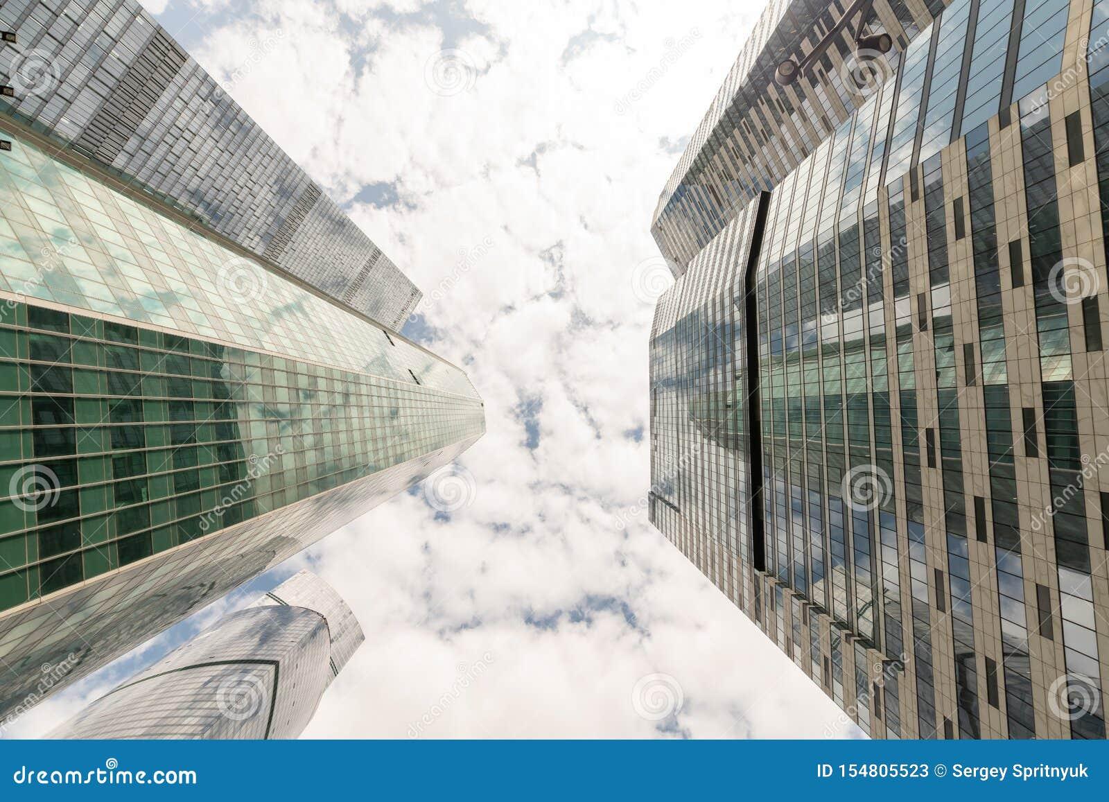 Gemensamma moderna aff?rsskyskrapor, h?ghus, arkitektur som lyfter till himlen, sol Begrepp av finansiellt, nationalekonomi