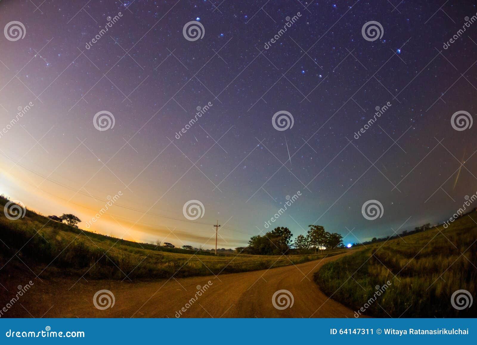 Geminid meteor w gwiaździstym nocnym niebie