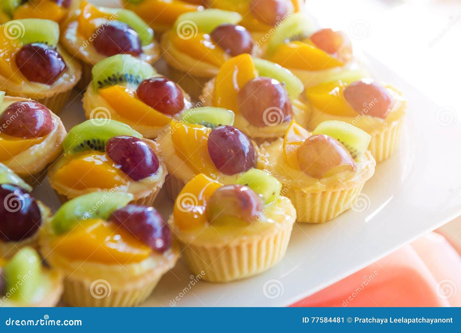 Gemischtes frische Frucht-Vanillepudding-Törtchen