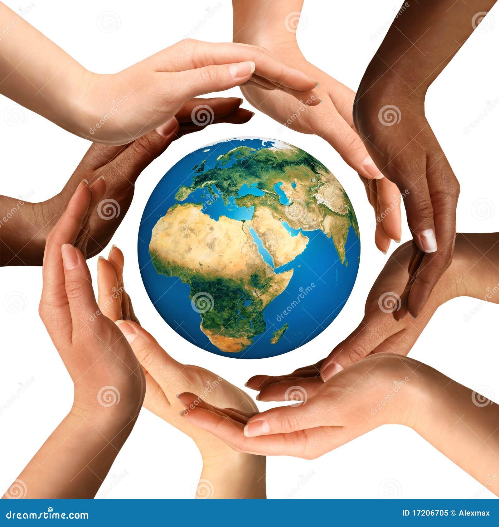 Gemischtrassige Hände, welche die Erde-Kugel umgeben