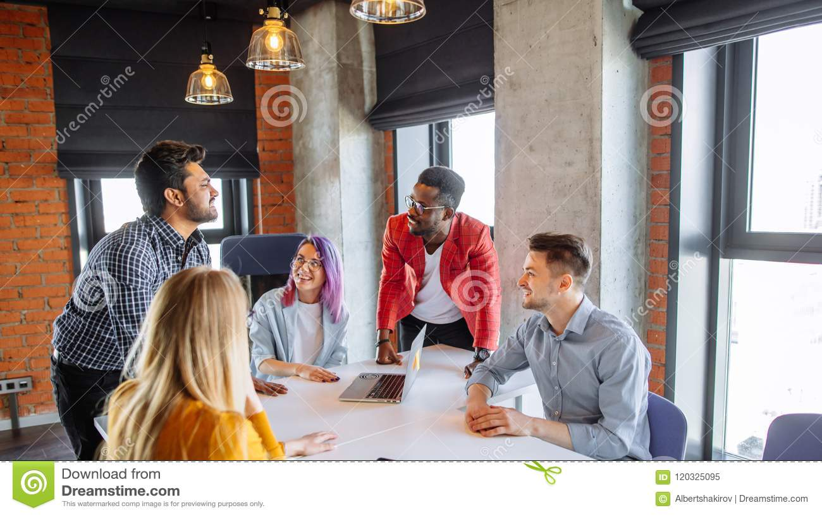 Gemischtrassige Leute am Arbeitstreffen-Diskussions-Unternehmenskonzept