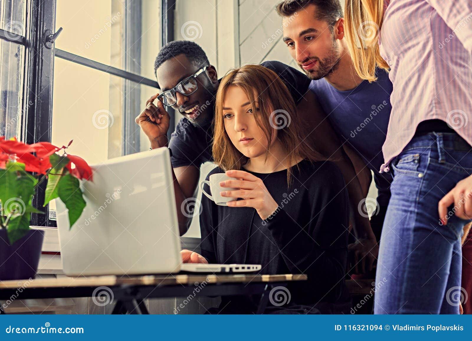 Gemischtrassige Studenten in einem Raum