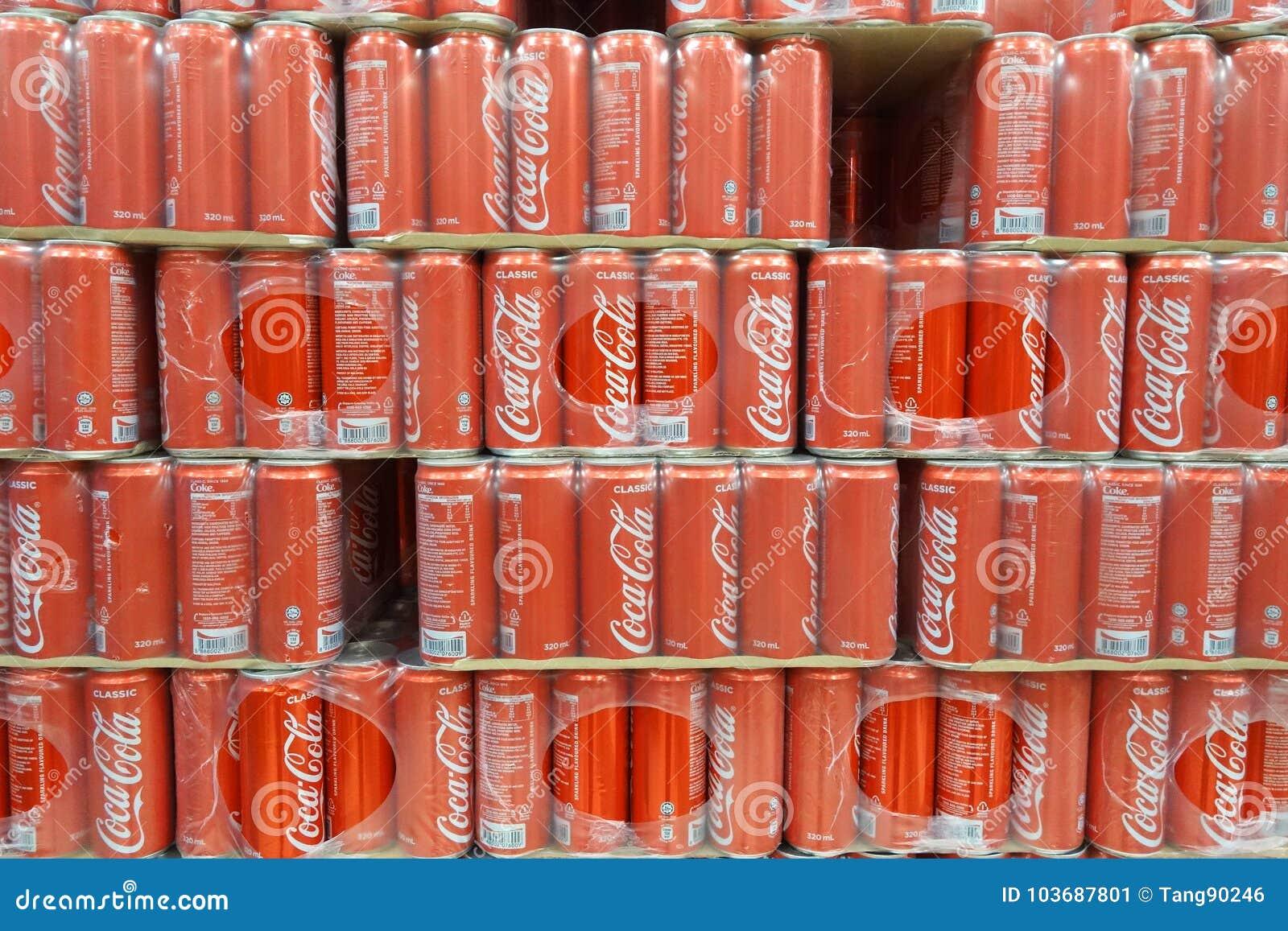 Gemischtwarenladenregal mit den Dosen Coca Cola klassisch