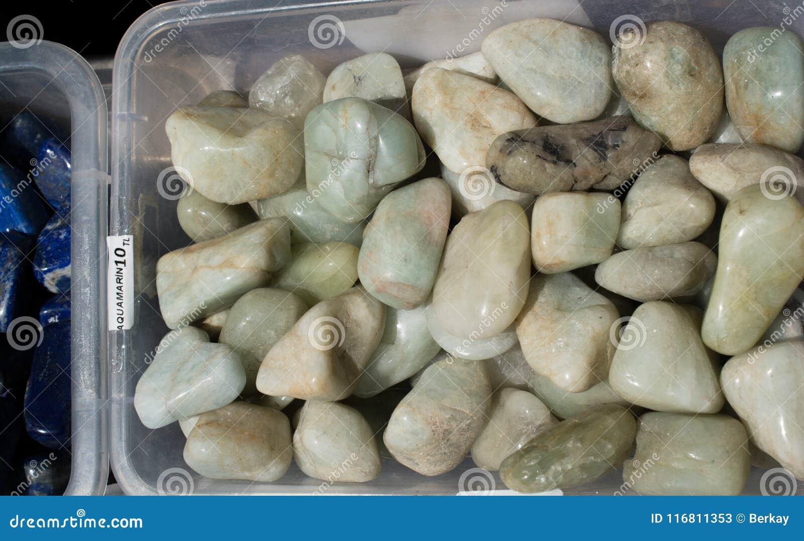 Gemma dell acquamarina (berillo blu) come roccia minerale