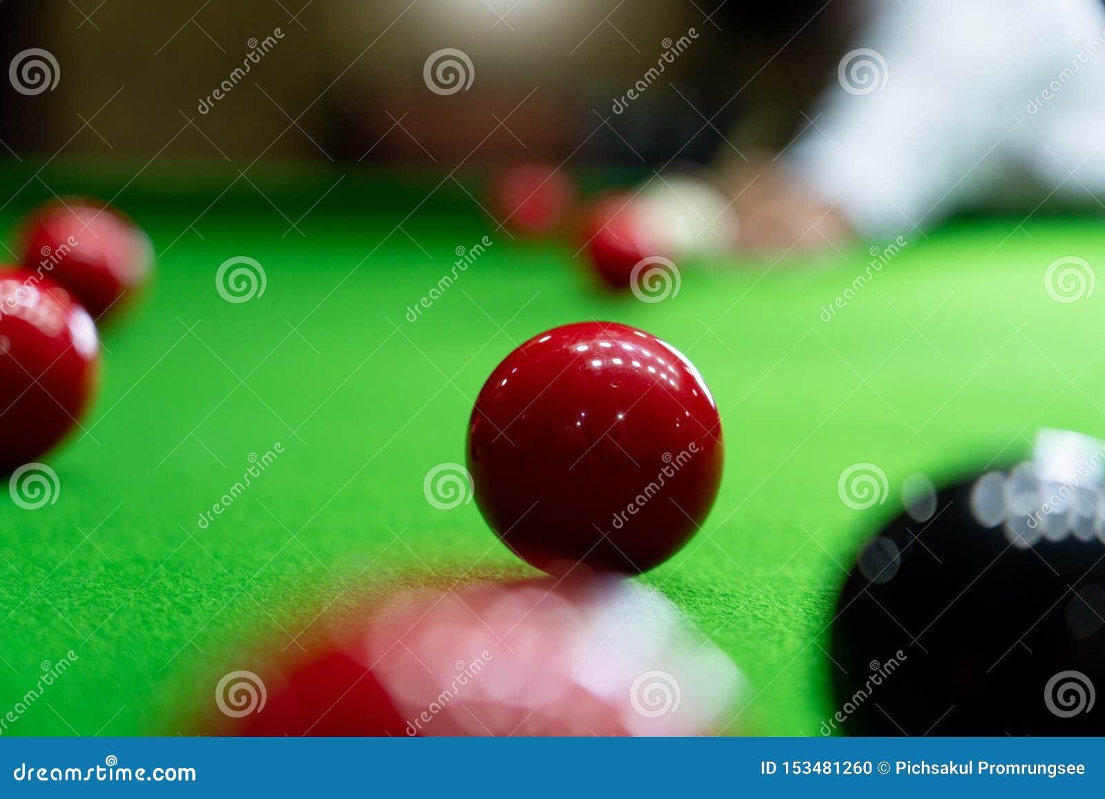 Gemowi snookerów billiards lub otwarcie ramowy gracz gotowy dla piłka strzału, atleta mężczyzny kopnięcia wskazówka na zielonym s