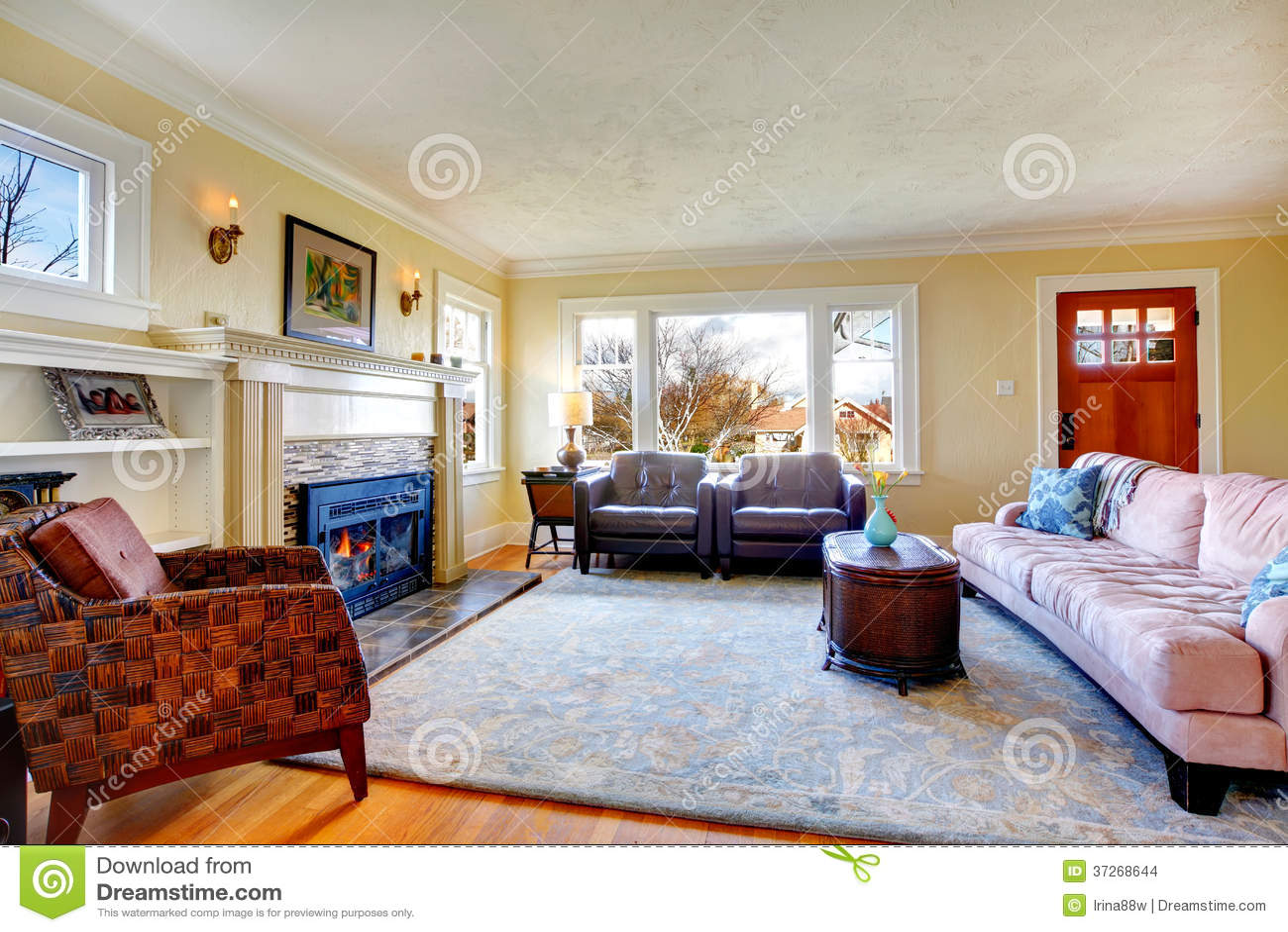 Gemütliches wohnzimmer mit kamin und verzierter wand mit kerzen ...