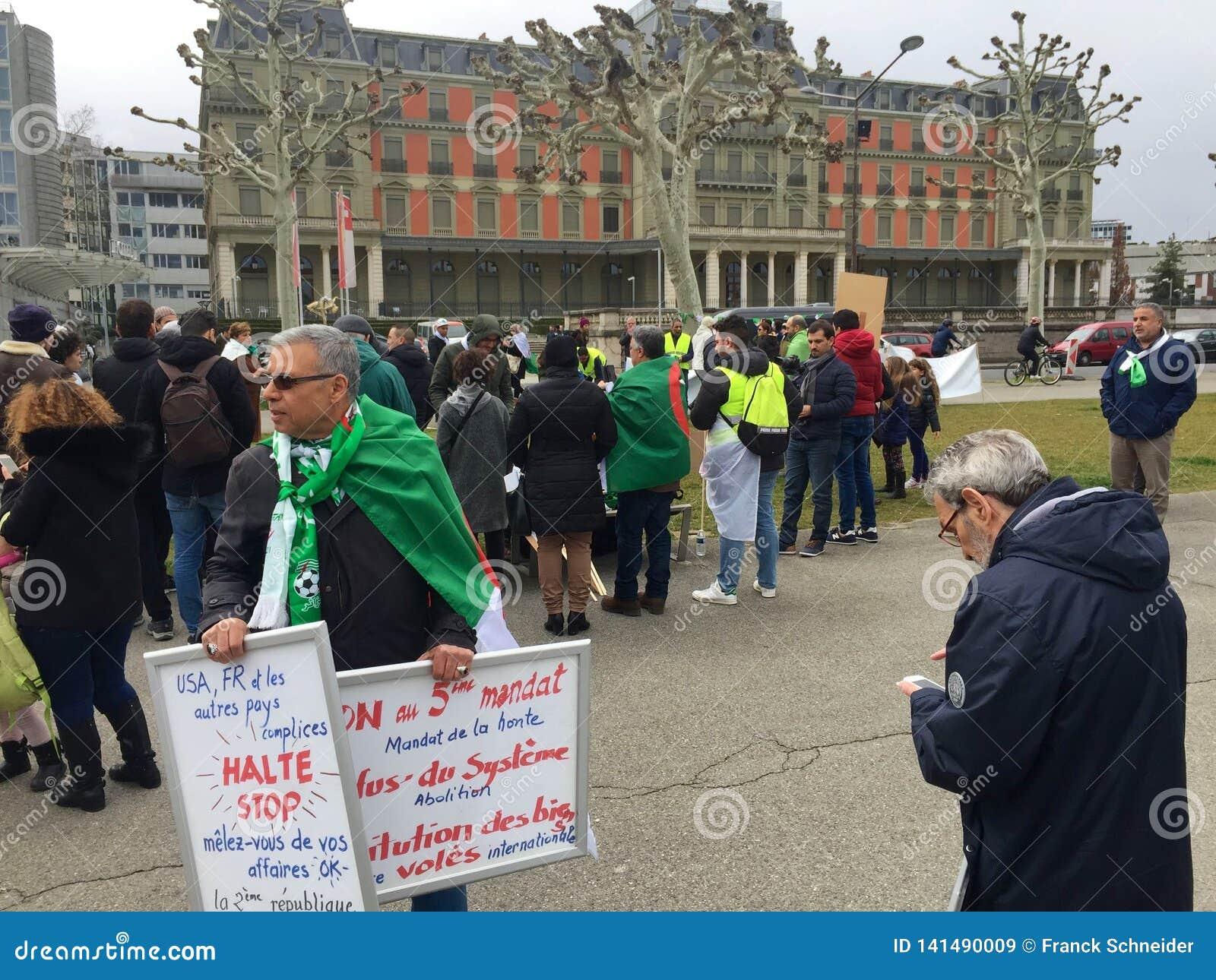 In Genève, protesteer tegen de kandidatuur van Bouteflika voor verkiezing in Algerije, voor de Hoge Commissaris voor Rechten van