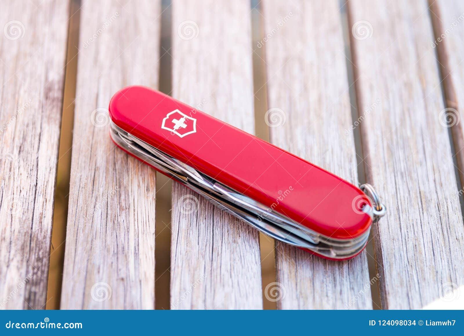 Genève/Zwitserland-15 08 18: Het messen rood hout van het Victorinox Zwitsers leger