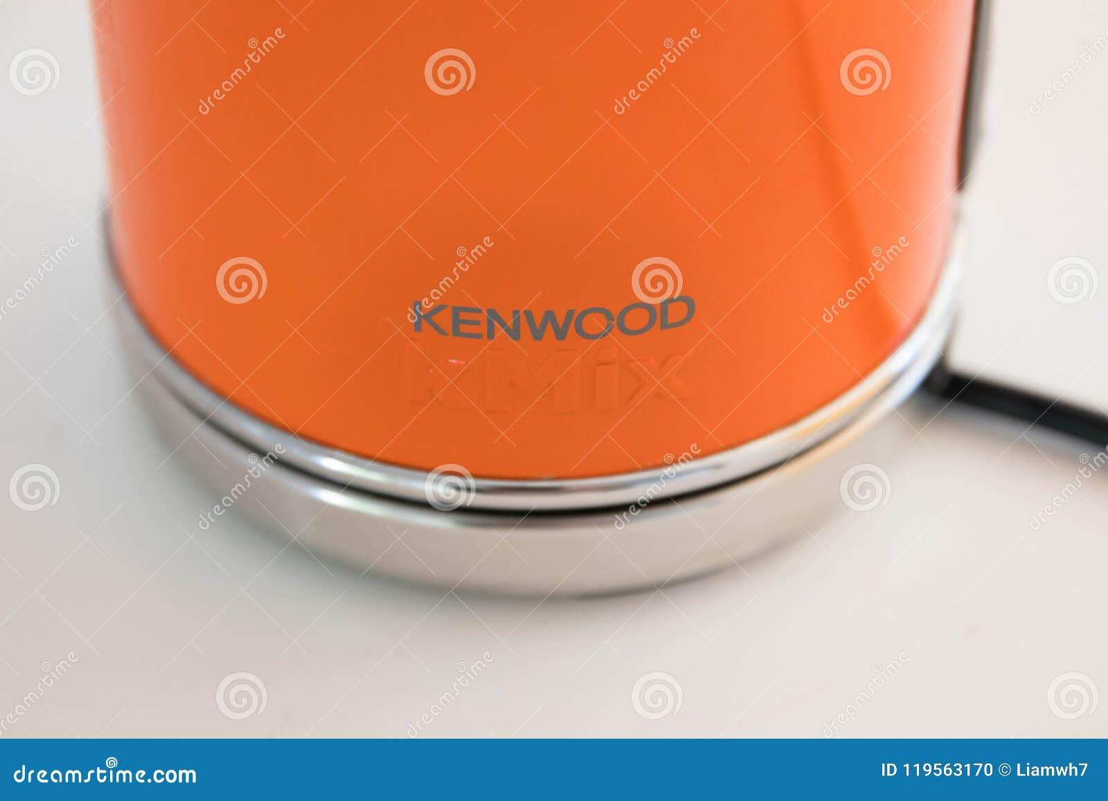 Genève/Zwitserland 22 06 18: Oranje Ketel voor kokend water Kenwood Kmix