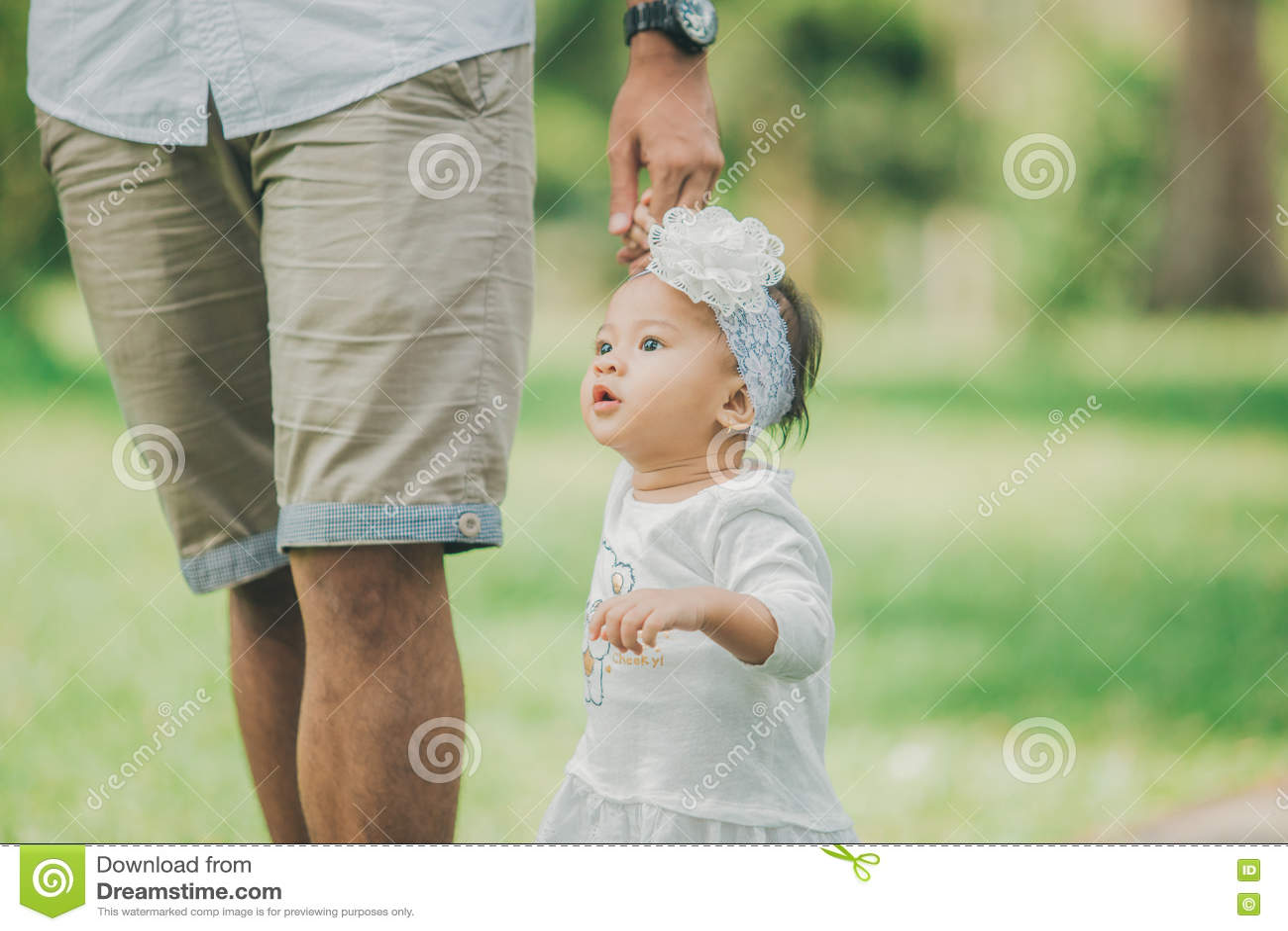 Gene o bebê de ensino para andar no parque