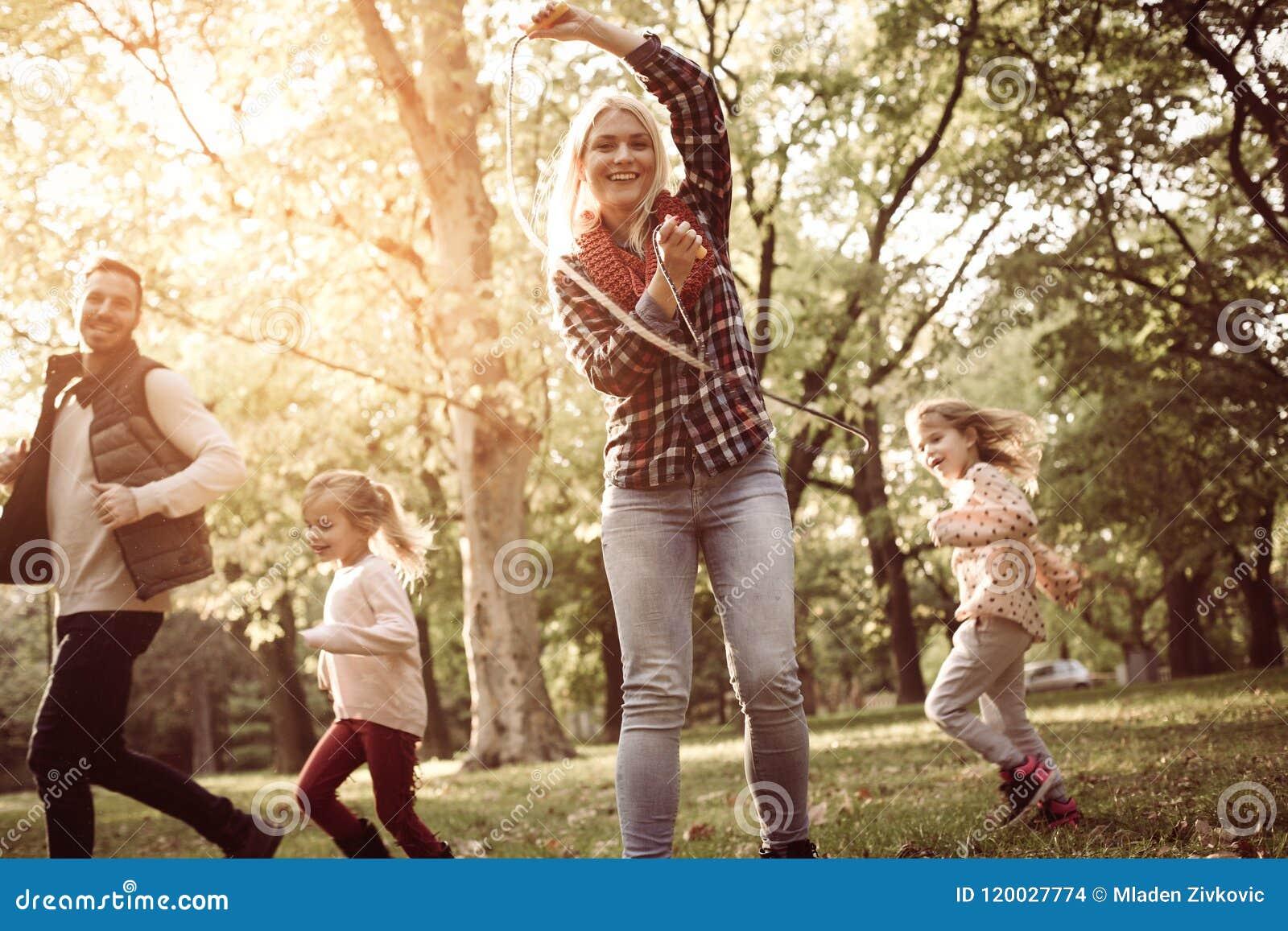 Gene o corredor com a mãe do parque da calha das filhas que guarda o jum