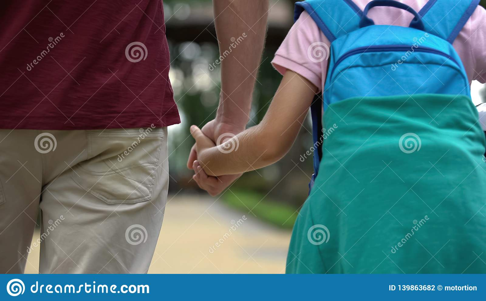 Gene o passeio em casa com o filho após a escola, discutindo classes do esporte, futebol