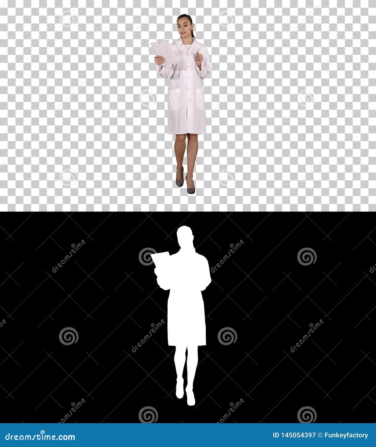 Geneeskunde, apotheek, mensen, gezondheidszorg en farmacologieconcept - glimlachende vrouwelijke arts die met tabletpc lopen en
