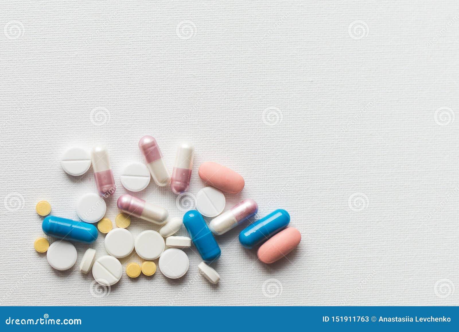 Geneeskundepillen of capsules op witte achtergrond, exemplaarruimte Farmaceutisch geneesmiddel voor gezondheid antibiotisch