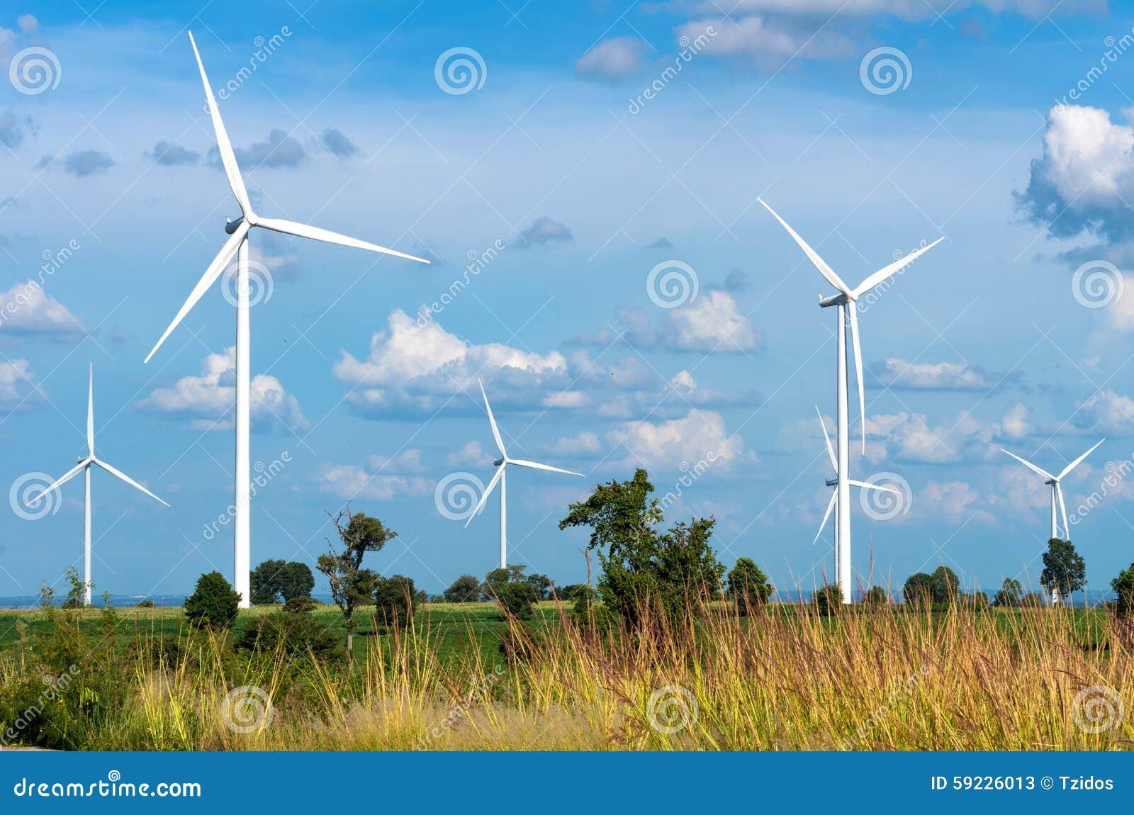 Generador de poder de la turbina de viento en el cielo azul