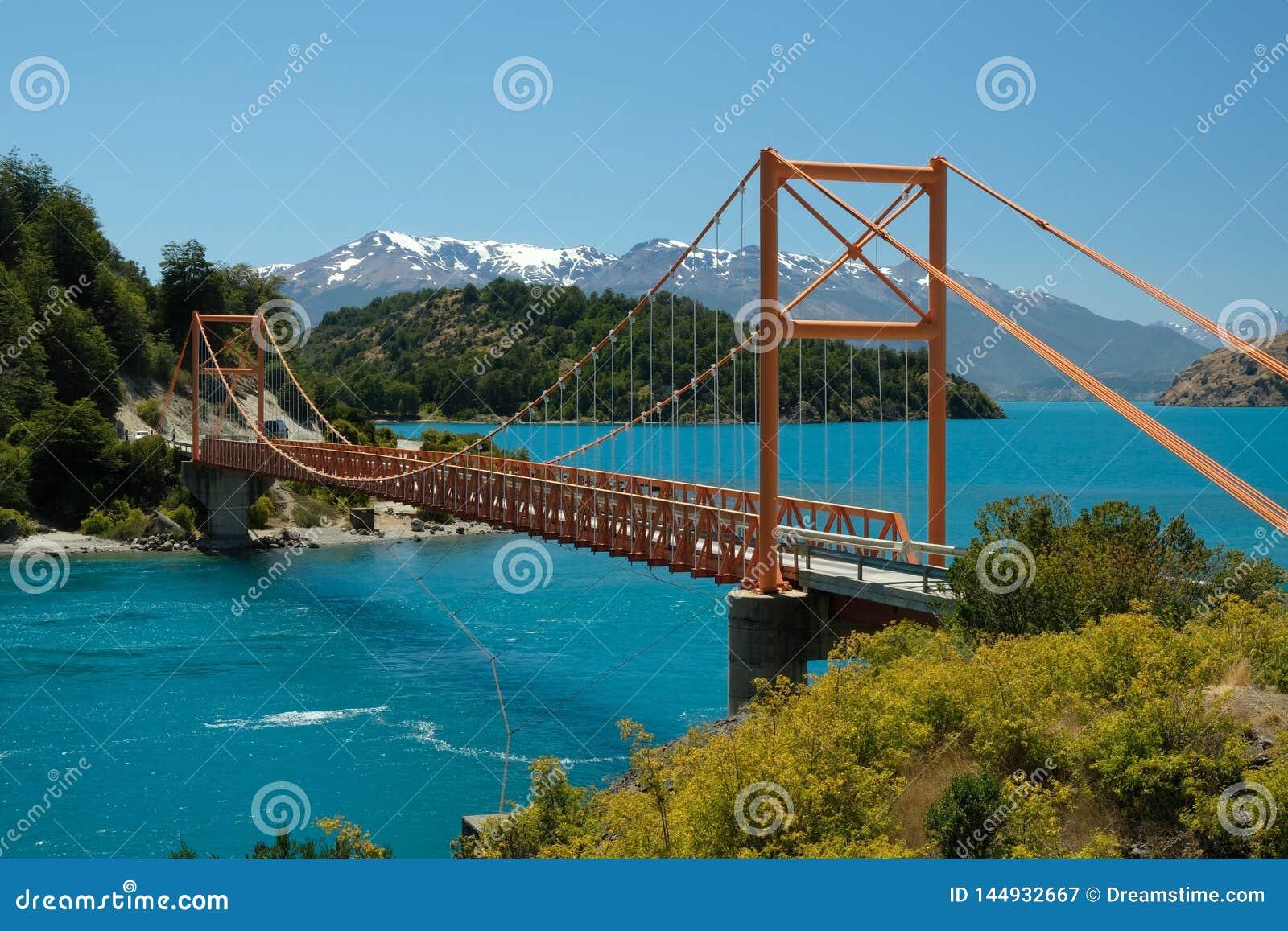 Generale blu tropicale Carrera, Cile del lago con il ponte arancio
