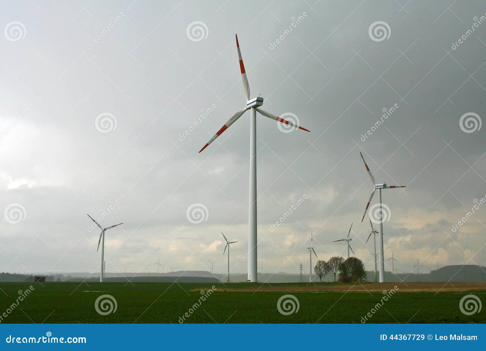 Generatore del mulino a vento nell ampia iarda