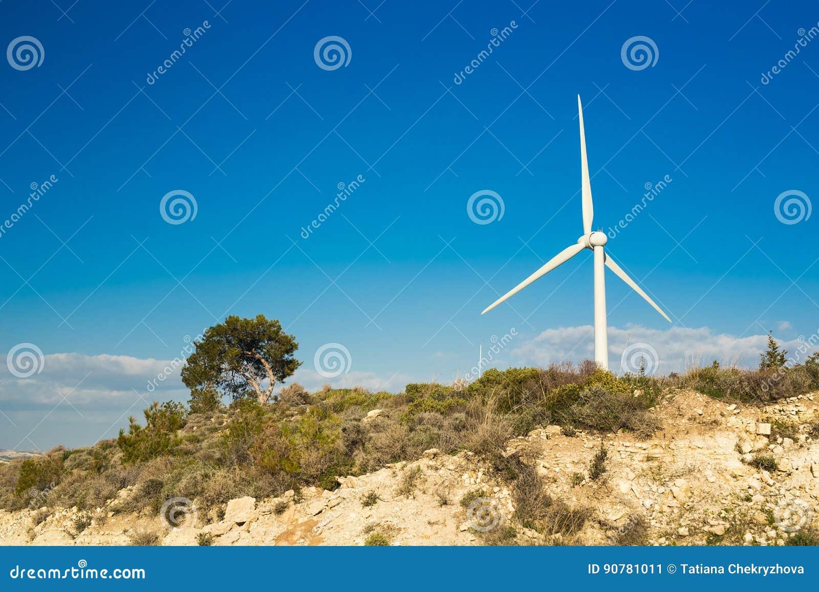 Generatore eolico che genera elettricità con cielo blu - concetto di risparmio energetico