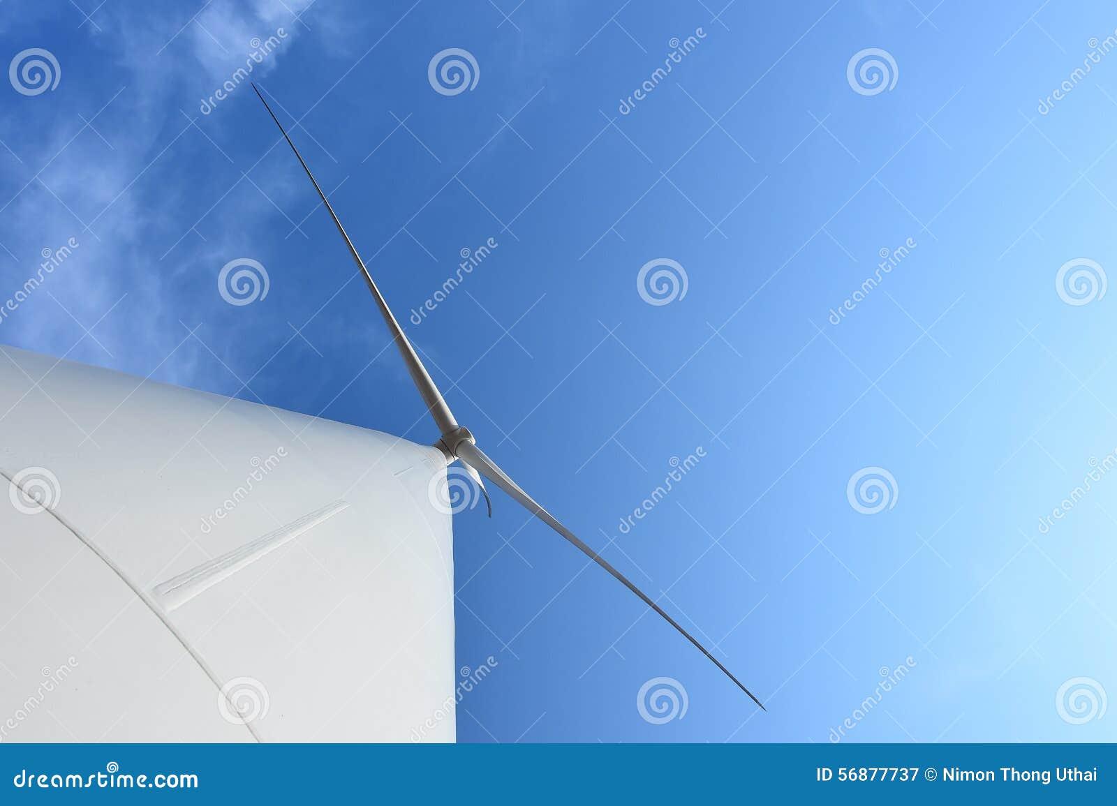 Generatore eolico contro il fondo nuvoloso del cielo blu