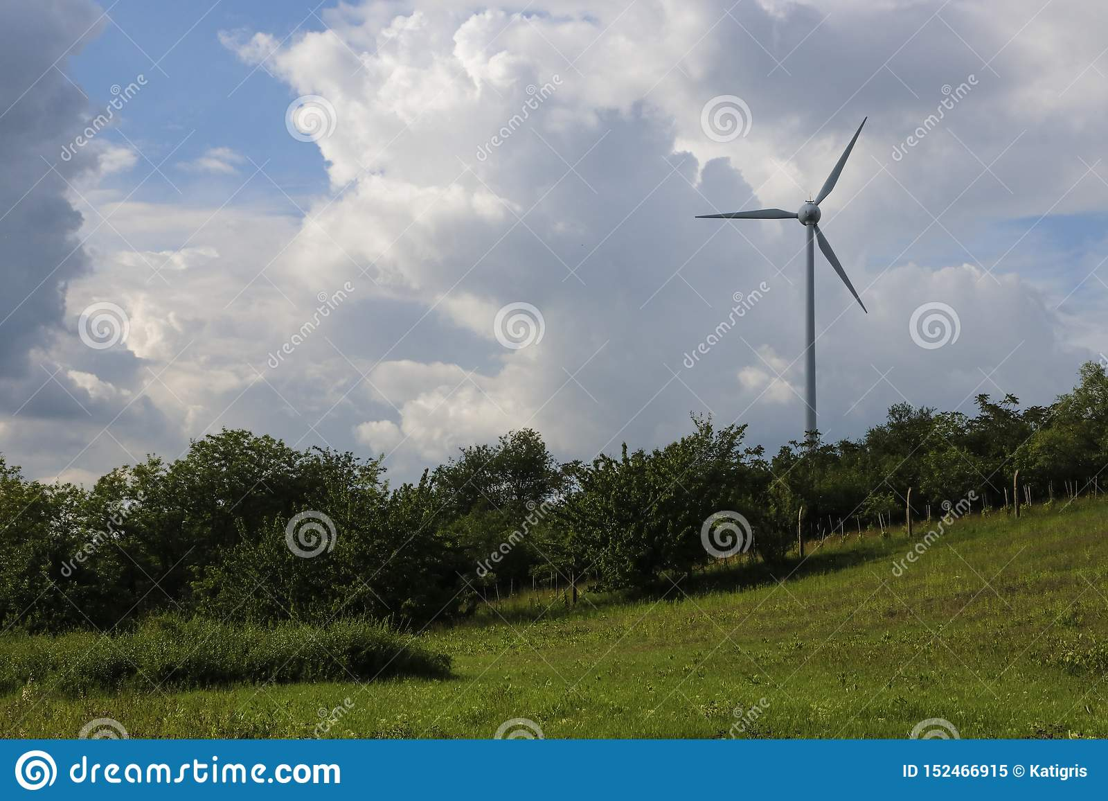 Generatore eolico e nuvole sbalorditive
