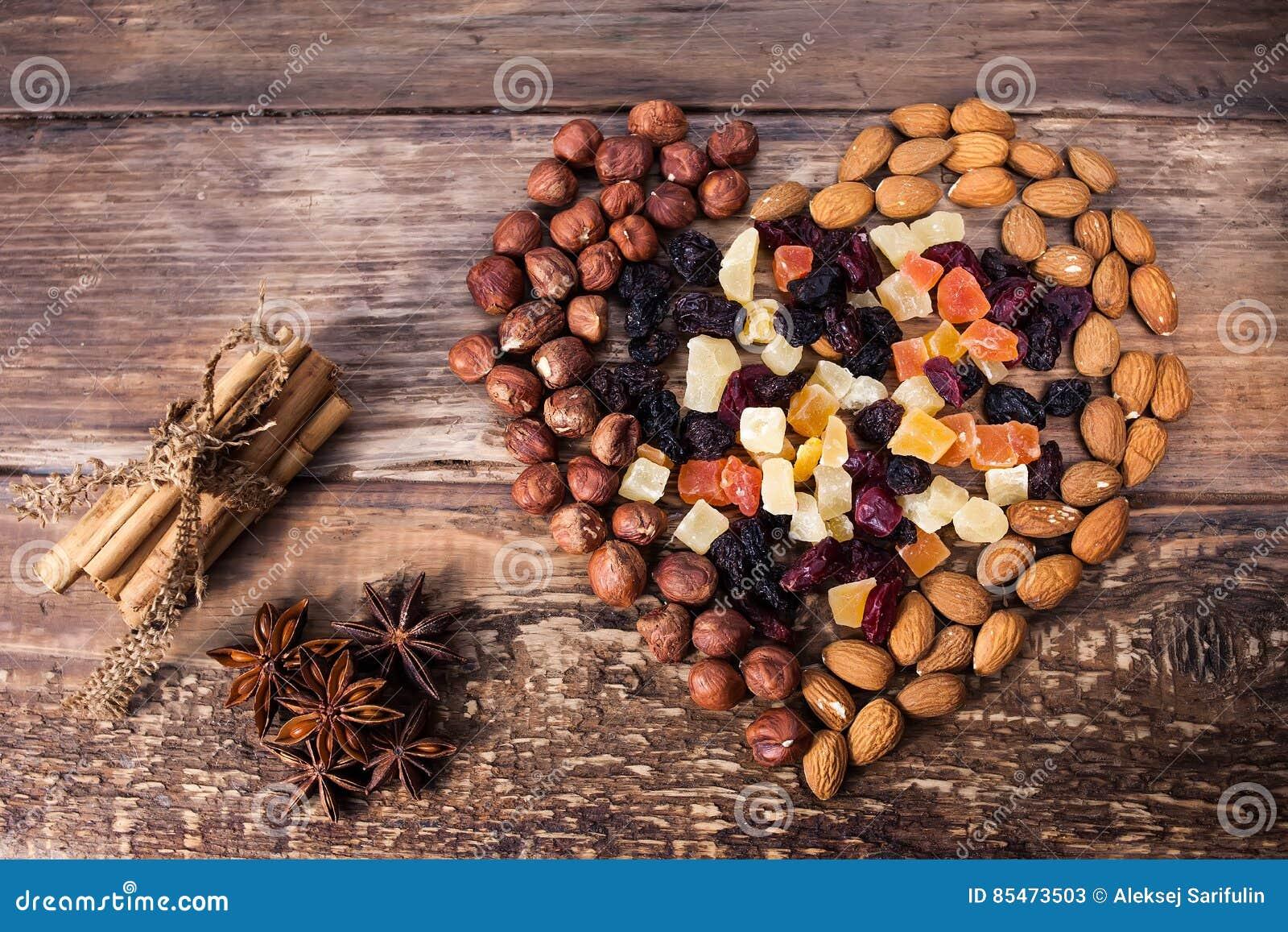 Generi differenti di condimento, di dadi e di frutti secchi