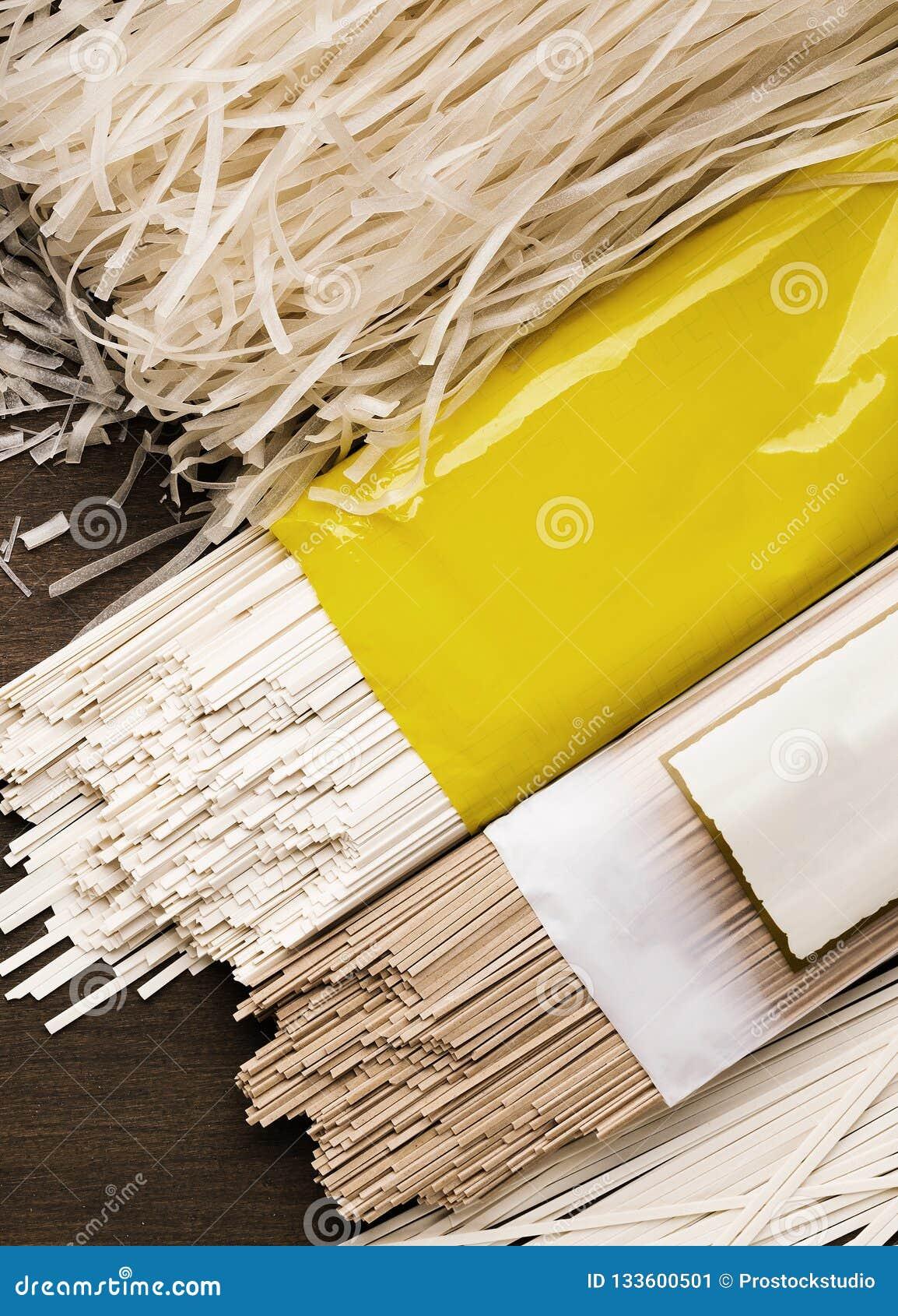 Generi differenti di tagliatelle nei pacchetti con l etichetta in bianco