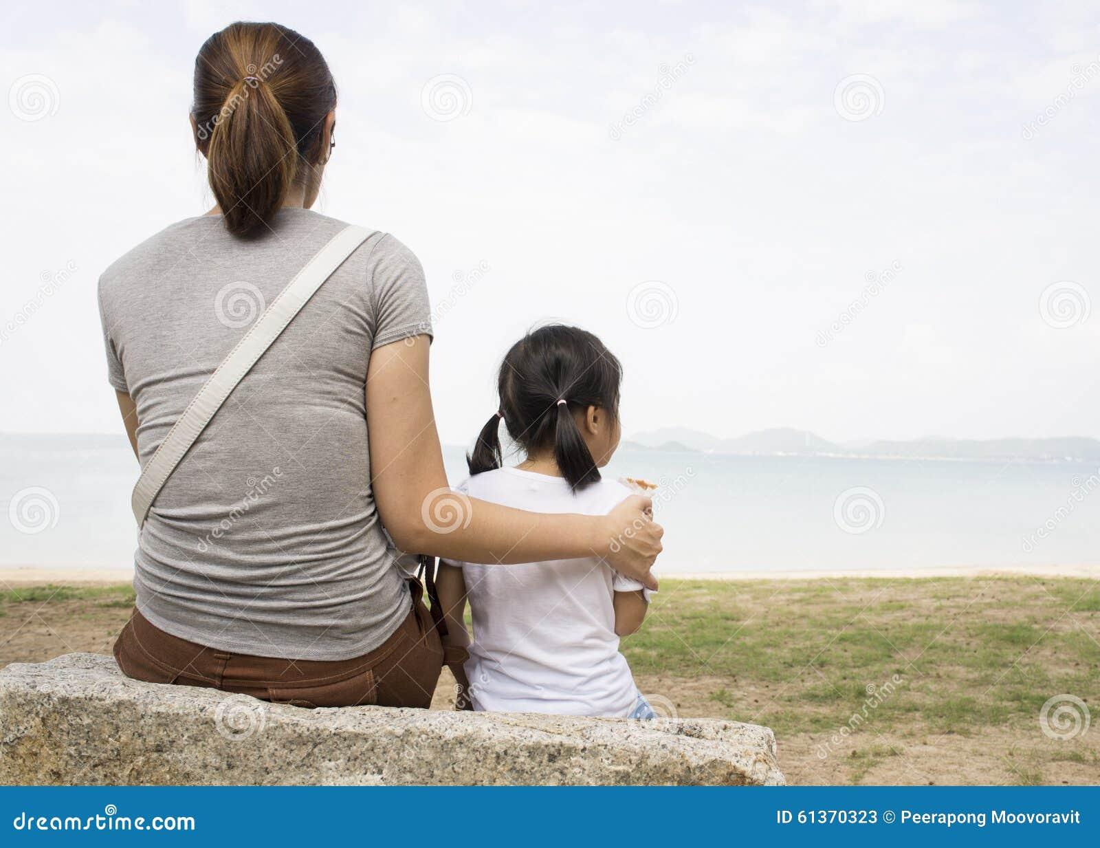 Generi il concetto di relazione dato cura del cuore di amore del bambino femminile